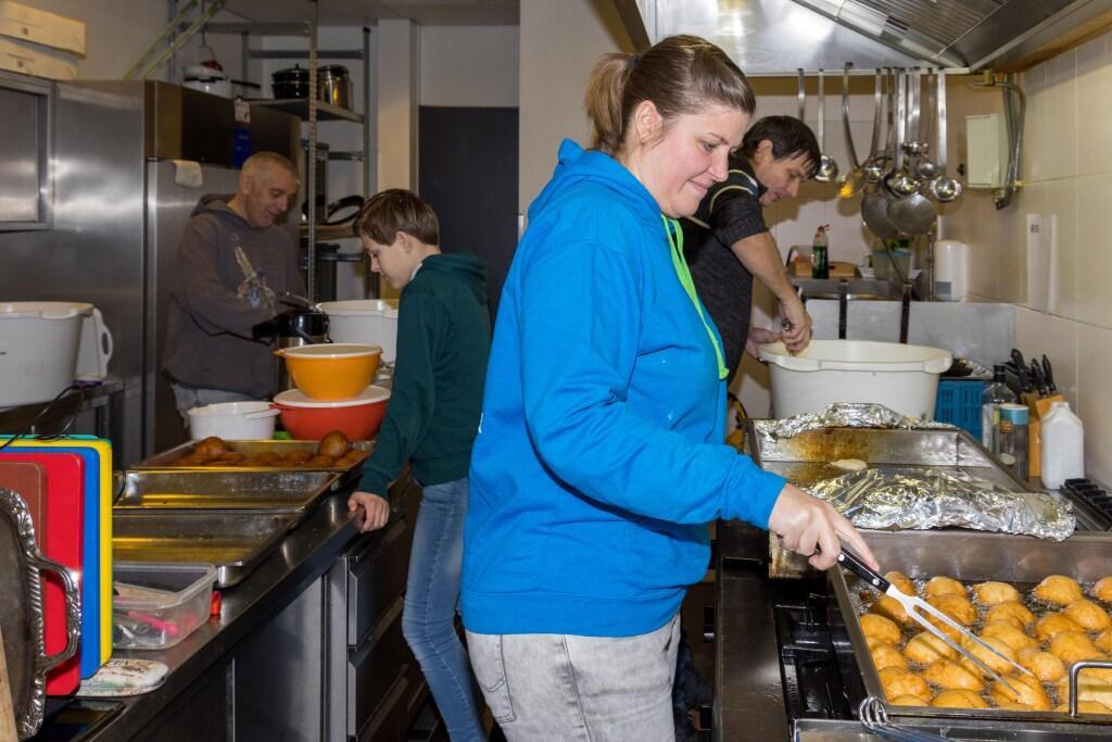 Van tientallen naar vijf oliebollenbakkers: de bakkers van 'Dé Oliebollen verkoop Opmeer' bakken door
