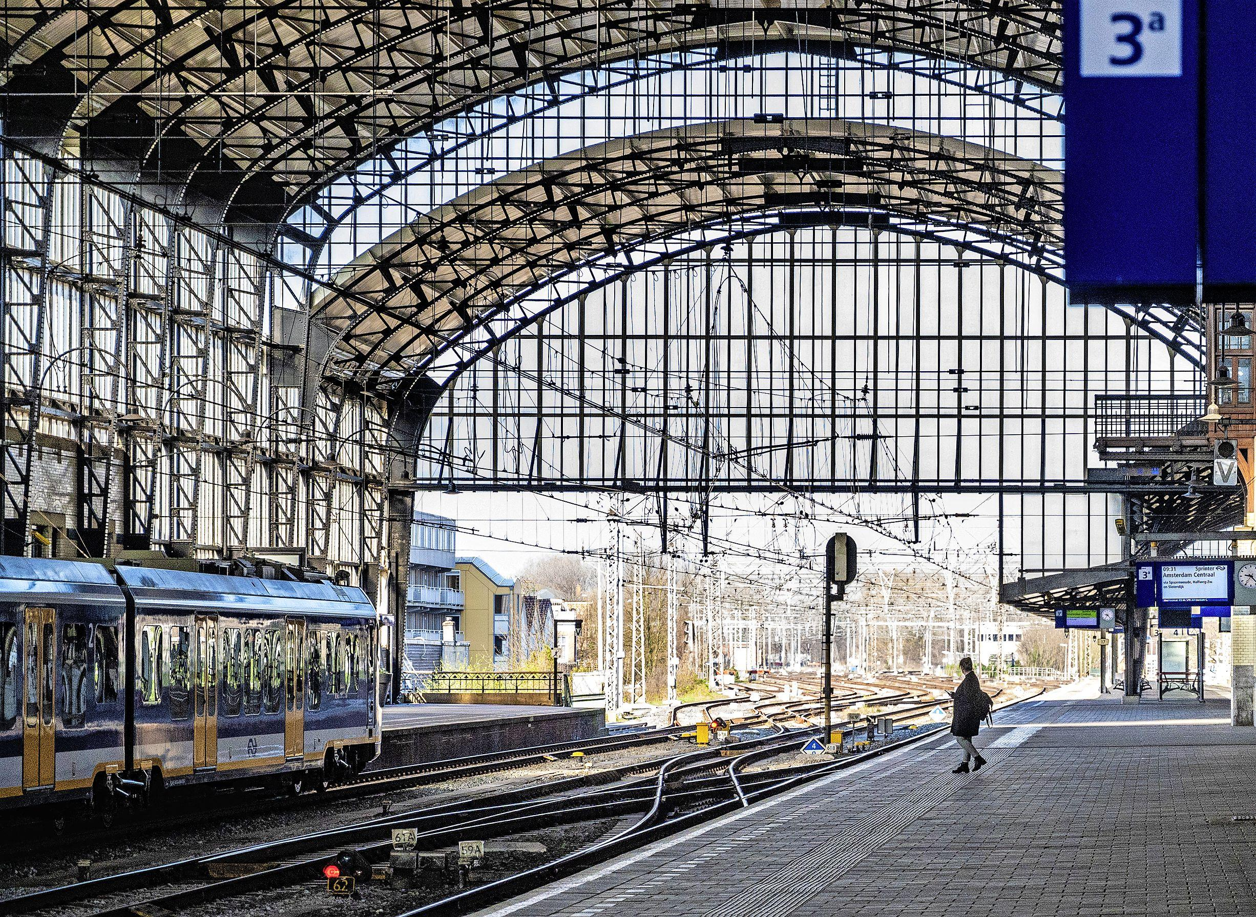 ProRail neemt station Haarlem onder handen: 1.600 meter aan perronwand krijgt opknapbeurt