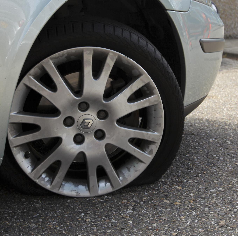 Politie onderzoekt lekke autobanden van raadsleden en wethouder in Bloemendaal. 'Er zaten spijkers en schroeven in'