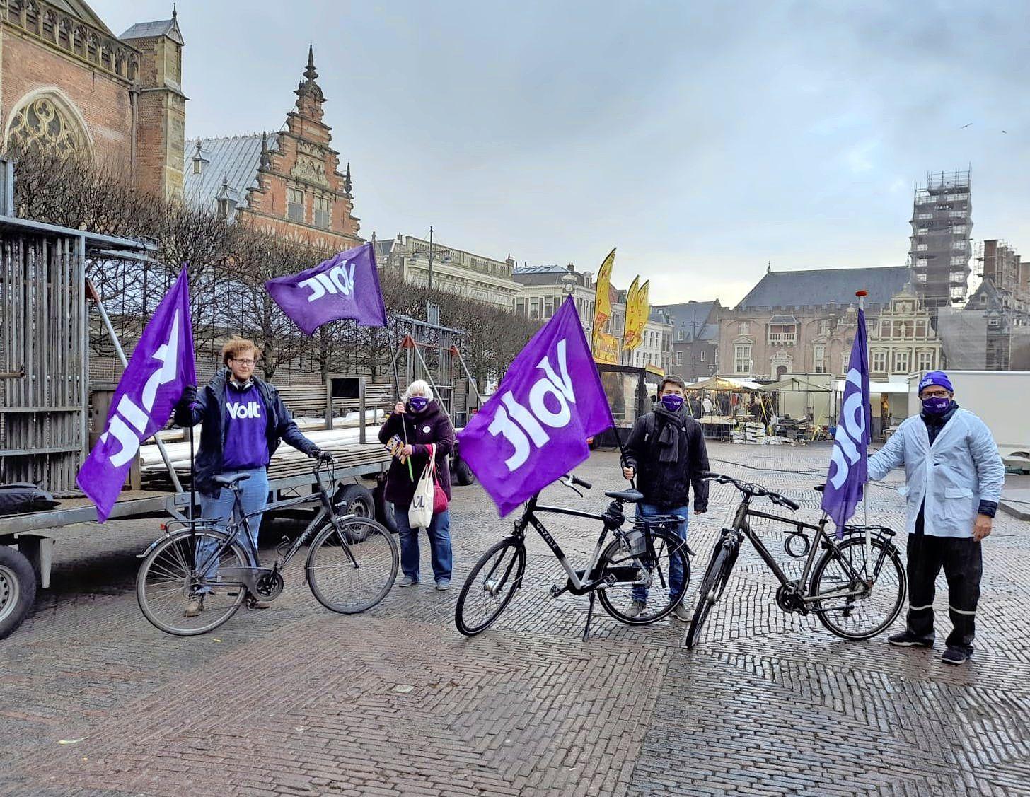 Weer of geen weer, het campagneteam van Volt Haarlem springt op de fiets: 'Ik moest me er vanochtend wel even toe zetten'
