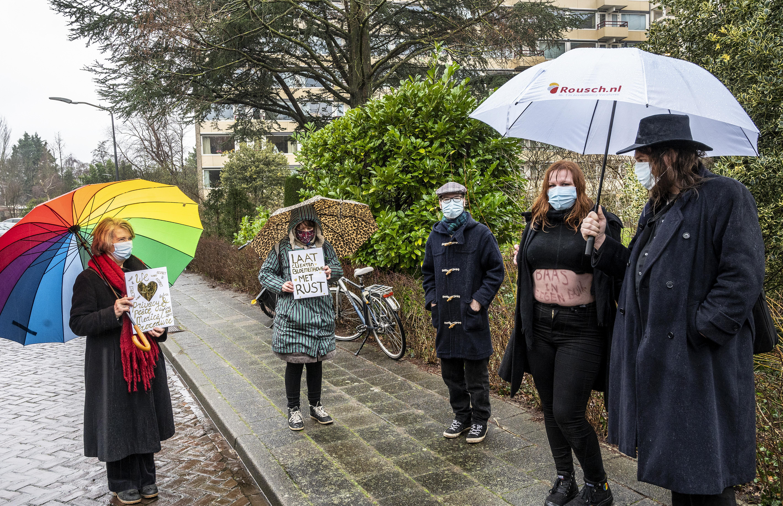 'Zet anti-abortusdemonstranten op honderd meter.' Betoging tijdens extra gemeenteraad Haarlem over Bloemenhovekliniek