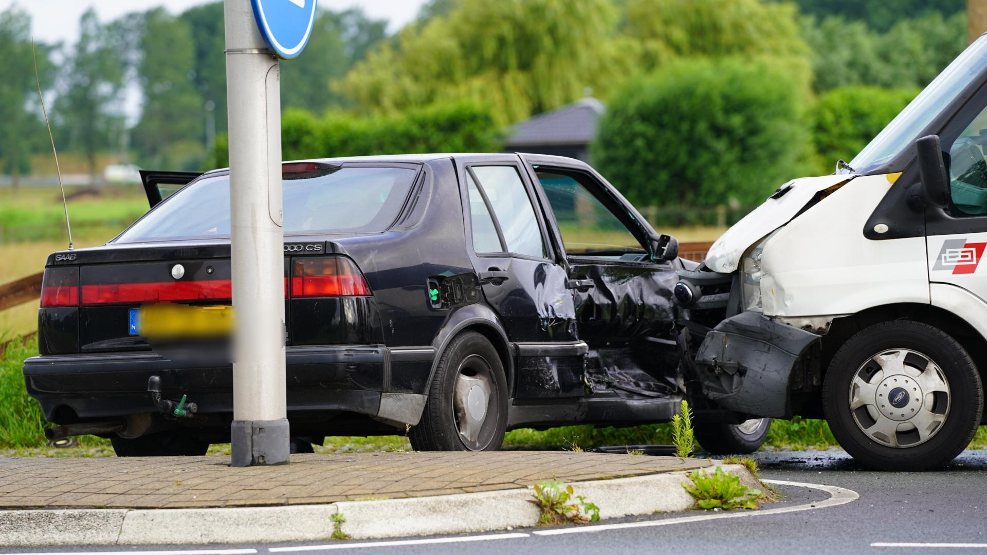 Veel schade na botsing tussen twee voertuigen in Akersloot
