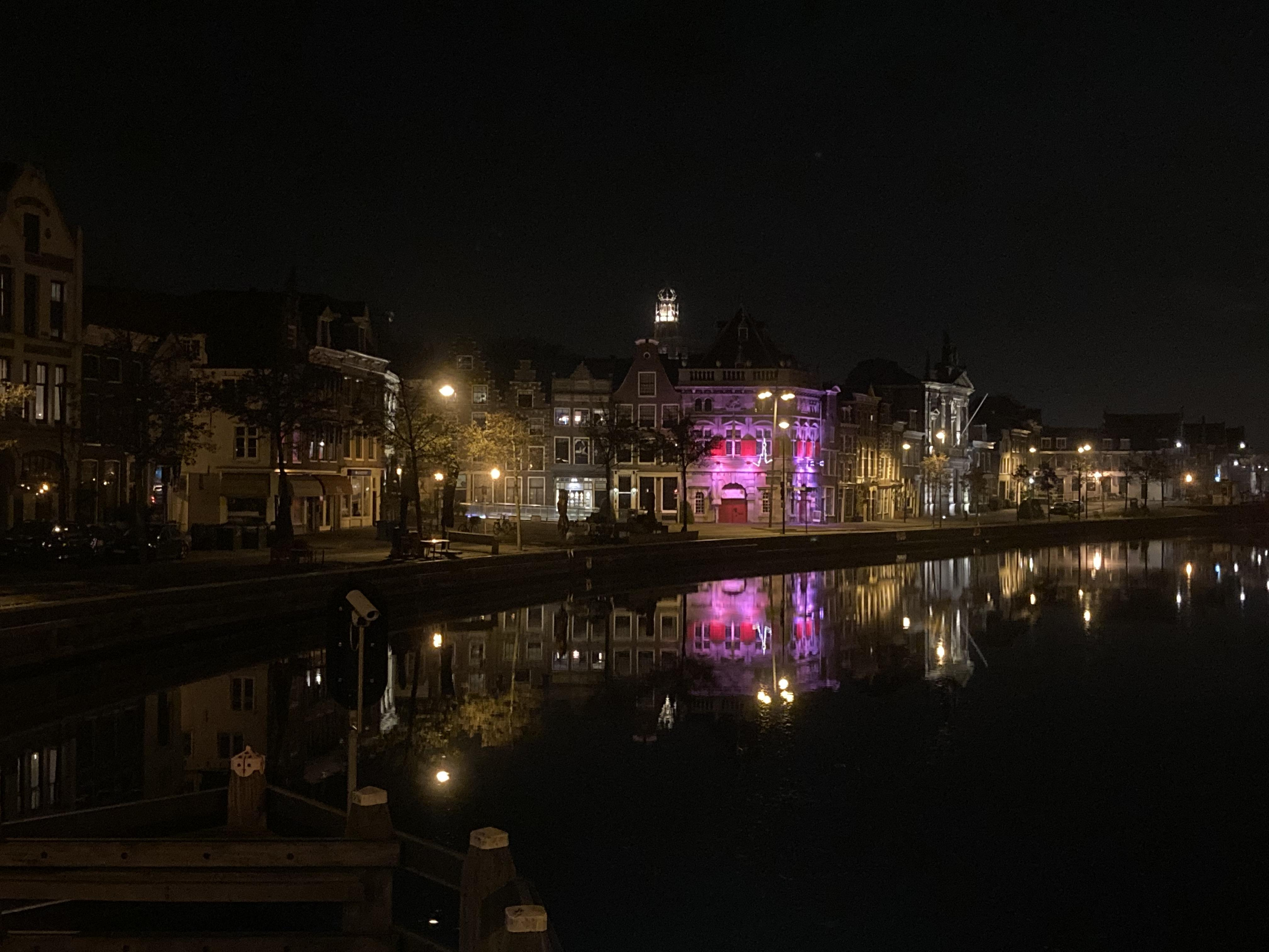 Juist in coronatijd valt vooral 's avonds de schoonheid van de stad op | column