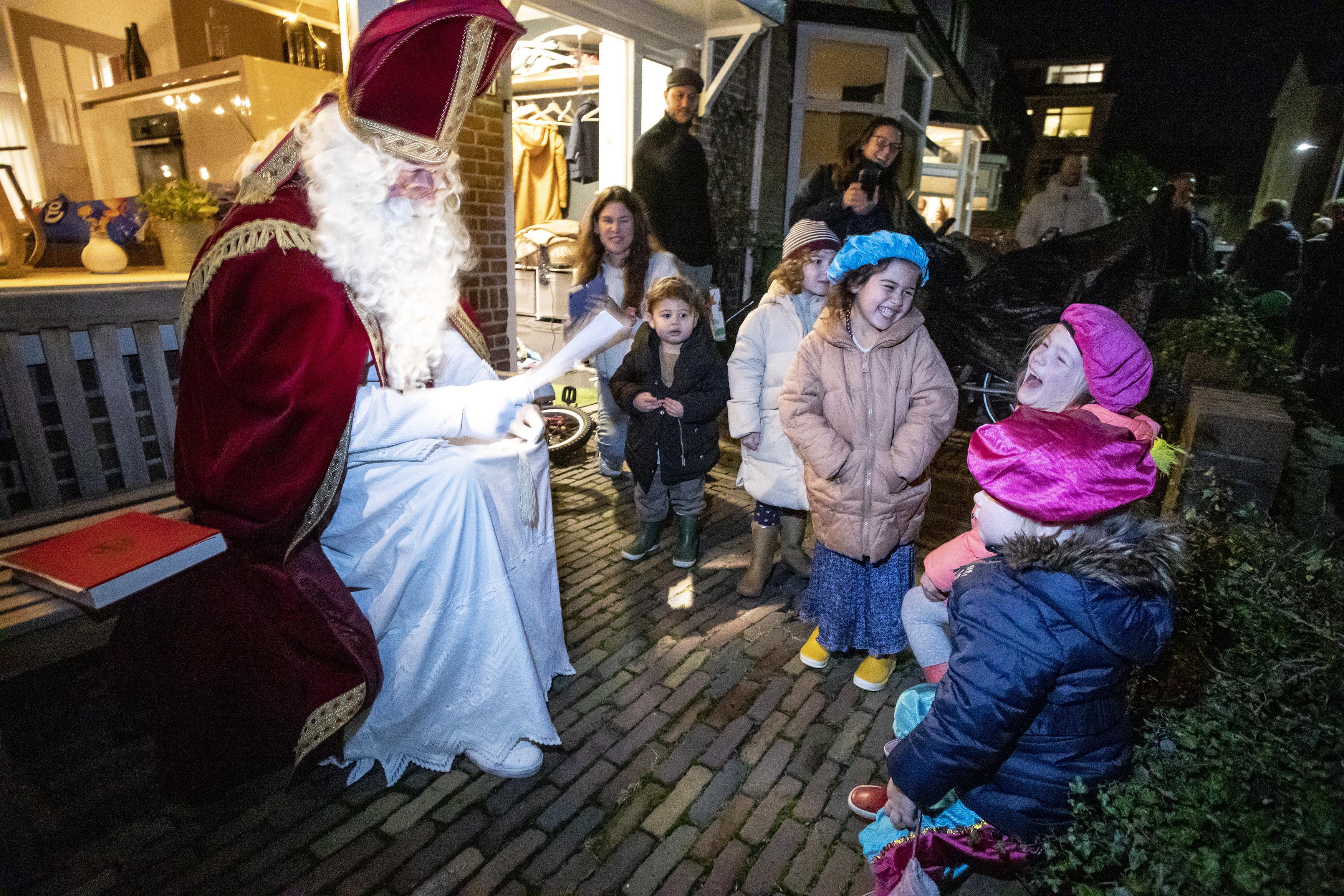 Voortuinen Haarlemse Ooievaarstraat decor voor Sinterklaasfeest: Pakjesavond op gepaste afstand