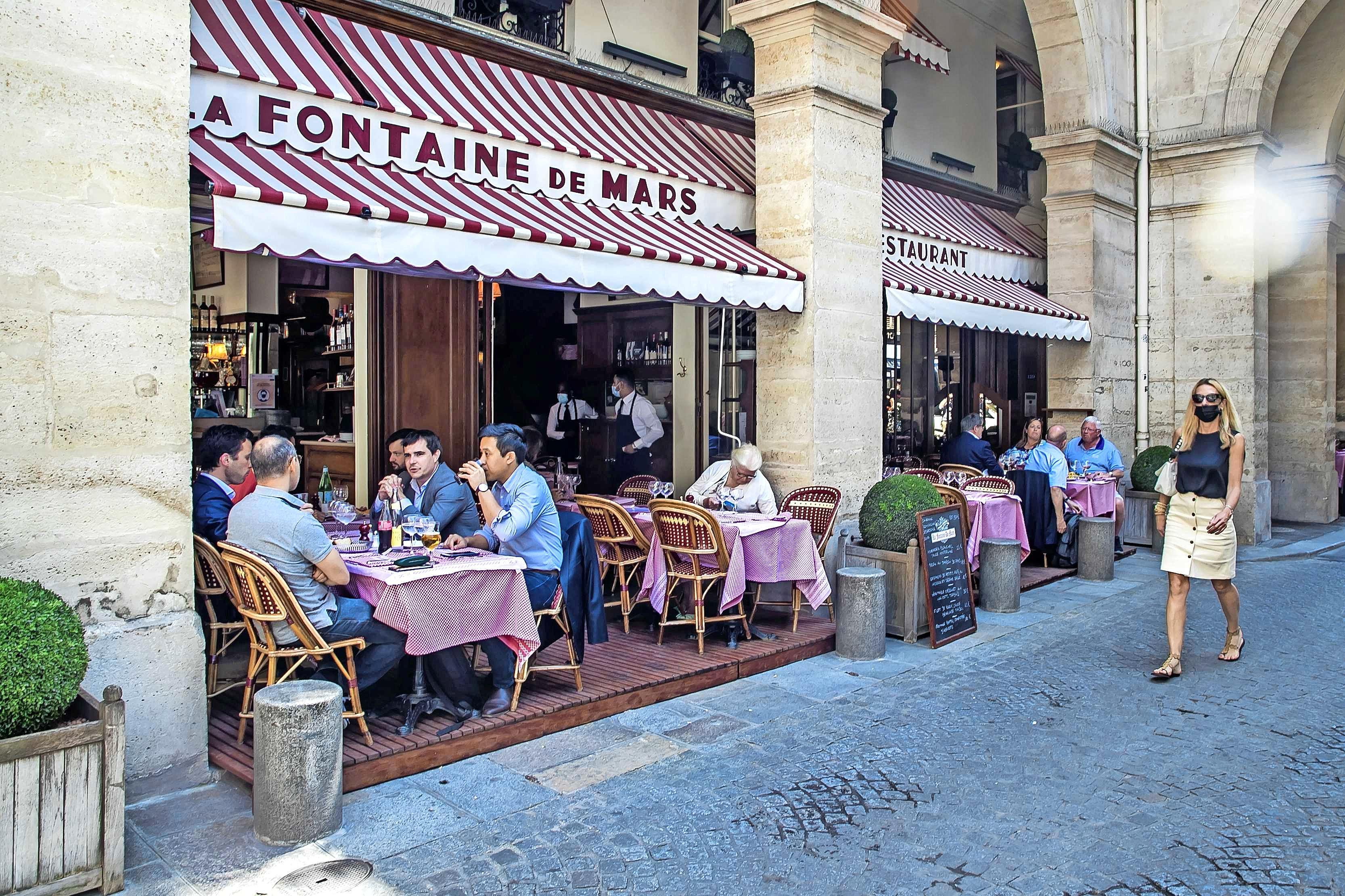 Op vakantie in Frankrijk heb je zelfs voor het terras een 'gezondheidspas' nodig