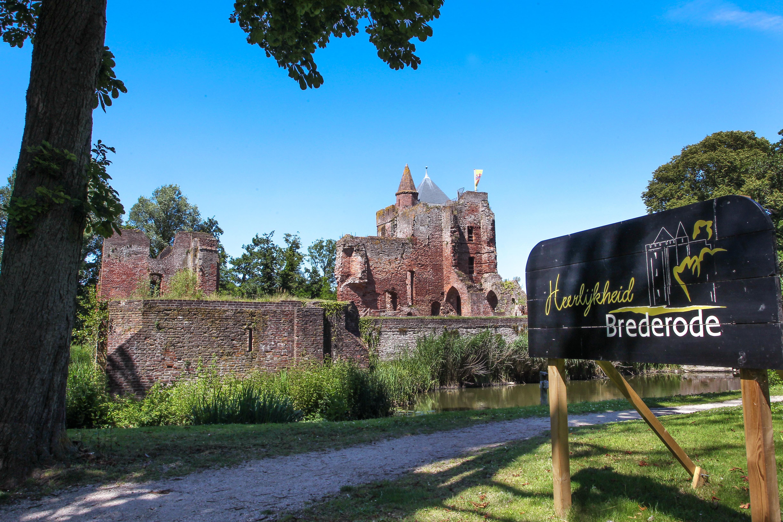 Overeenkomsten genoeg tussen de kastelen Oud Haerlem in Heemskerk en het Santpoortse Brederode, maar ook veel verschillen. 'Een vierkant kasteel als Oud Haerlem kwam eigenlijk niet voor'