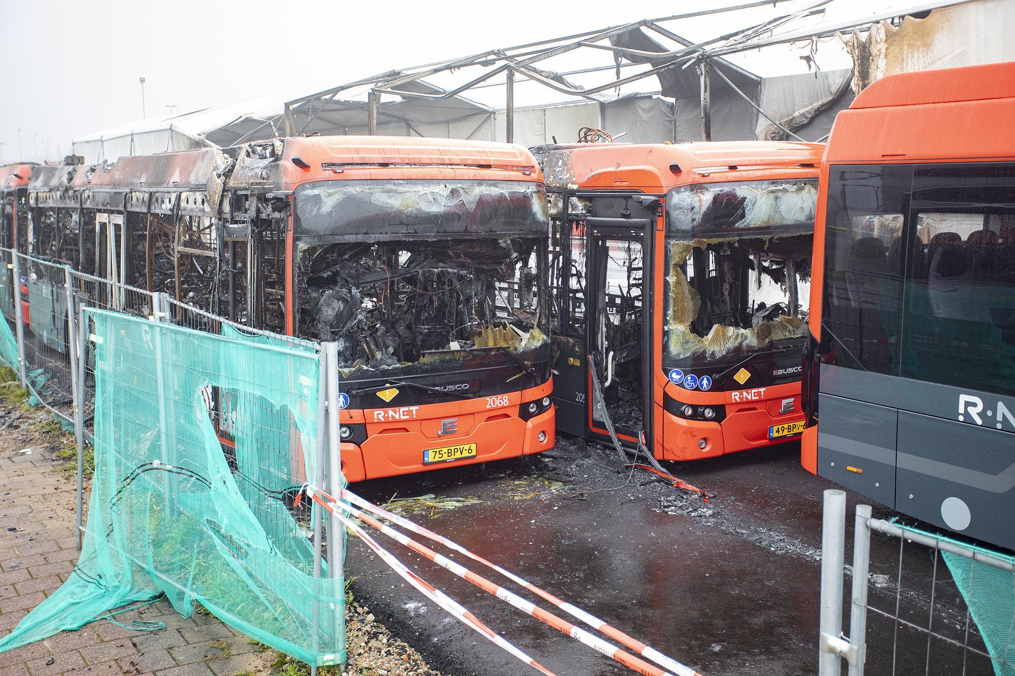 Ravage bij daglicht na verwoestende brand bij busremise Haarlem. Connexxion houdt accu's elektrische bussen scherp in de gaten