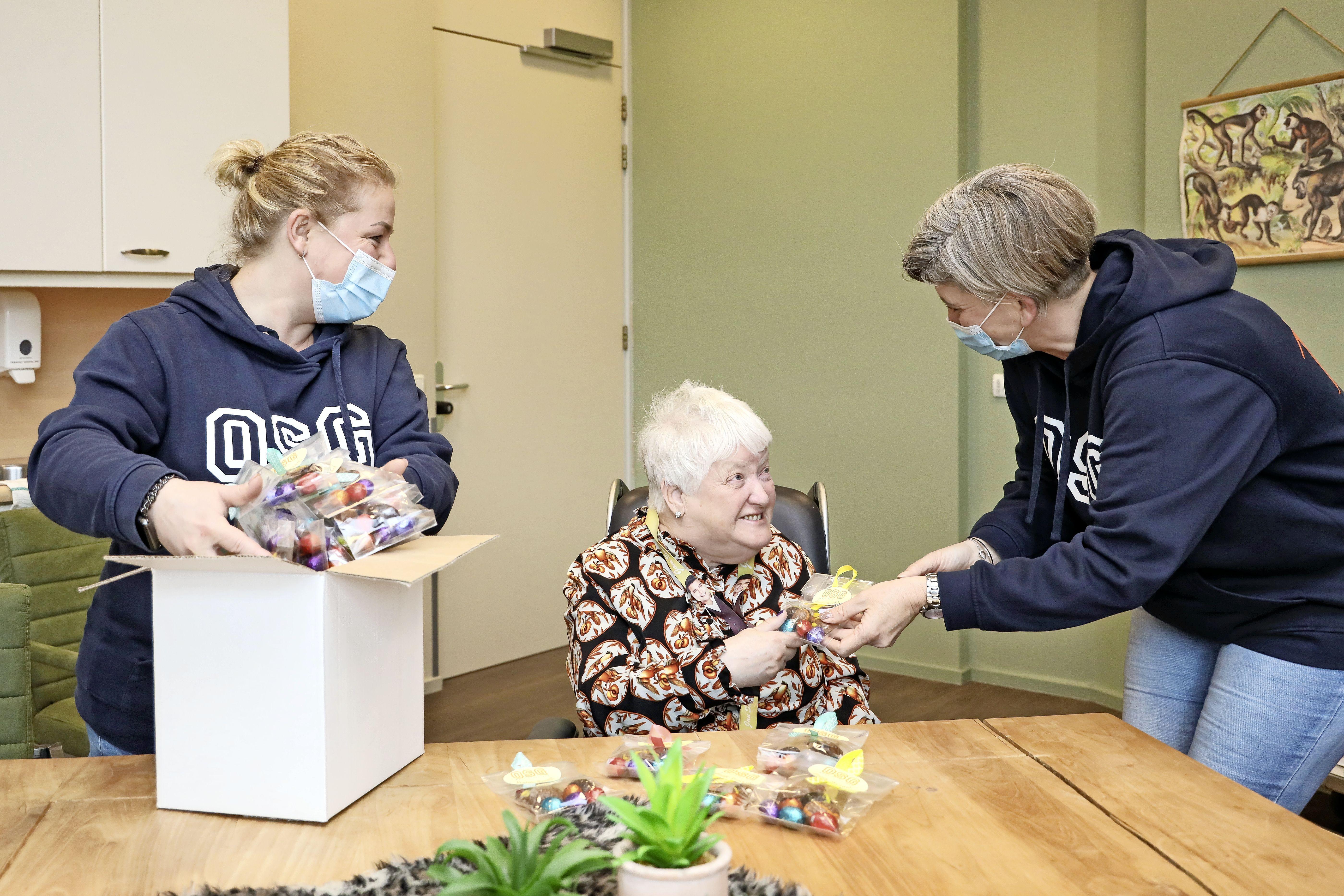 'Of die chocoladekip smaakt? Nou!' Bewoners vier zorgcentra in Hoorn door OSG West-Friesland verrast met paastraktatie