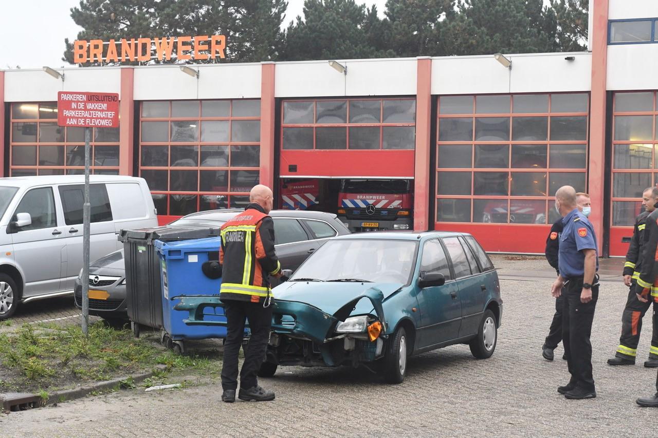Auto's op elkaar gebotst bij brandweerpost in Leiden; brandweermannen assisteren bij afhandeling van ongeval