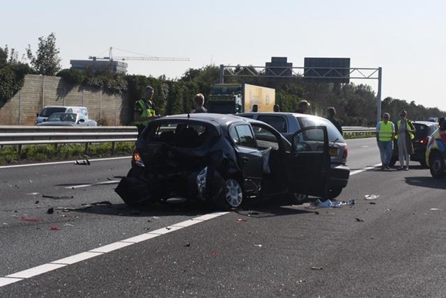 Automobilist klapt op andere wagen bij Oegstgeest en zorgt voor flinke ravage