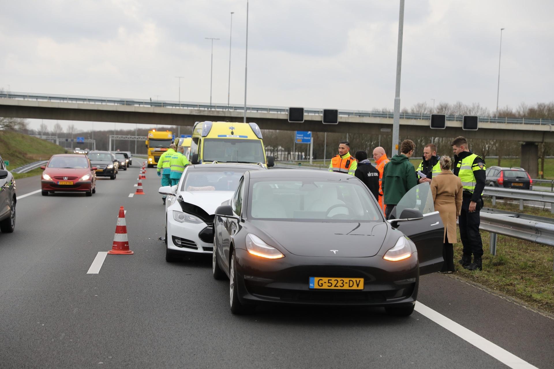 Twee gewonden na ongeluk met drie auto's op de A1, knooppunt Eemnes