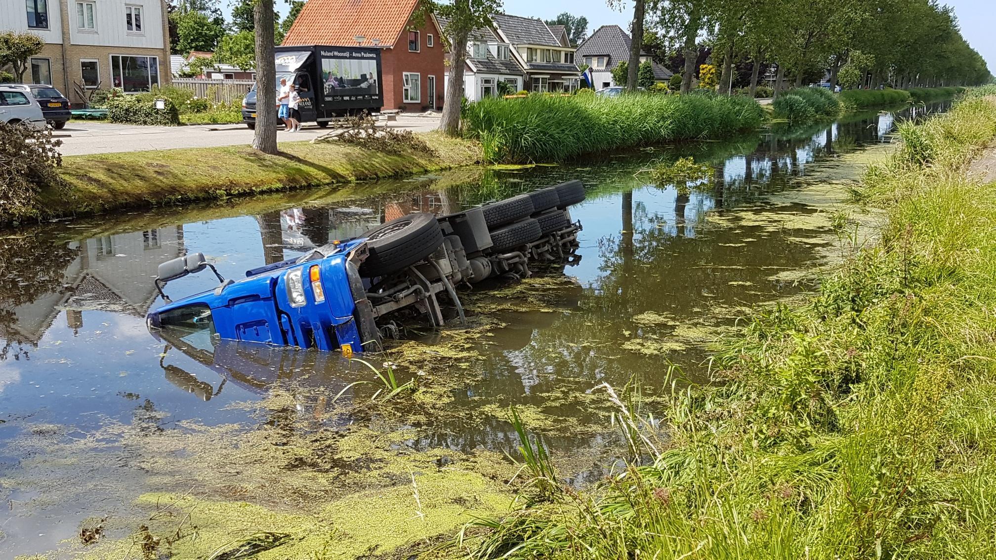 Vrachtwagen te water in Breezand
