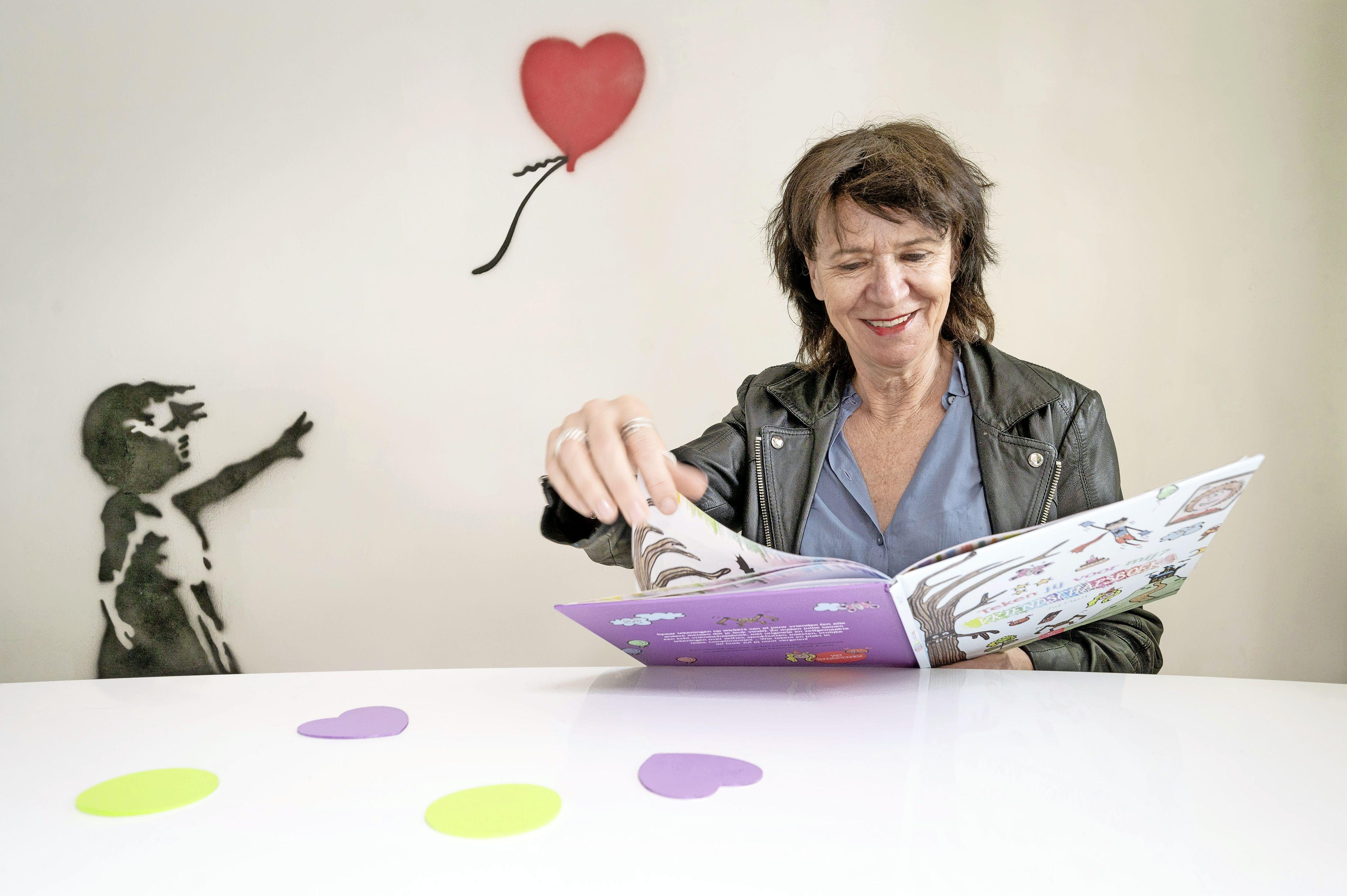 Digitale knutsellessen van Sassenheimse Juf Marit razend populair: 'Dertig kinderen die een schilderij maken in de stijl van Karel Appel, hoe mooi is dat?'
