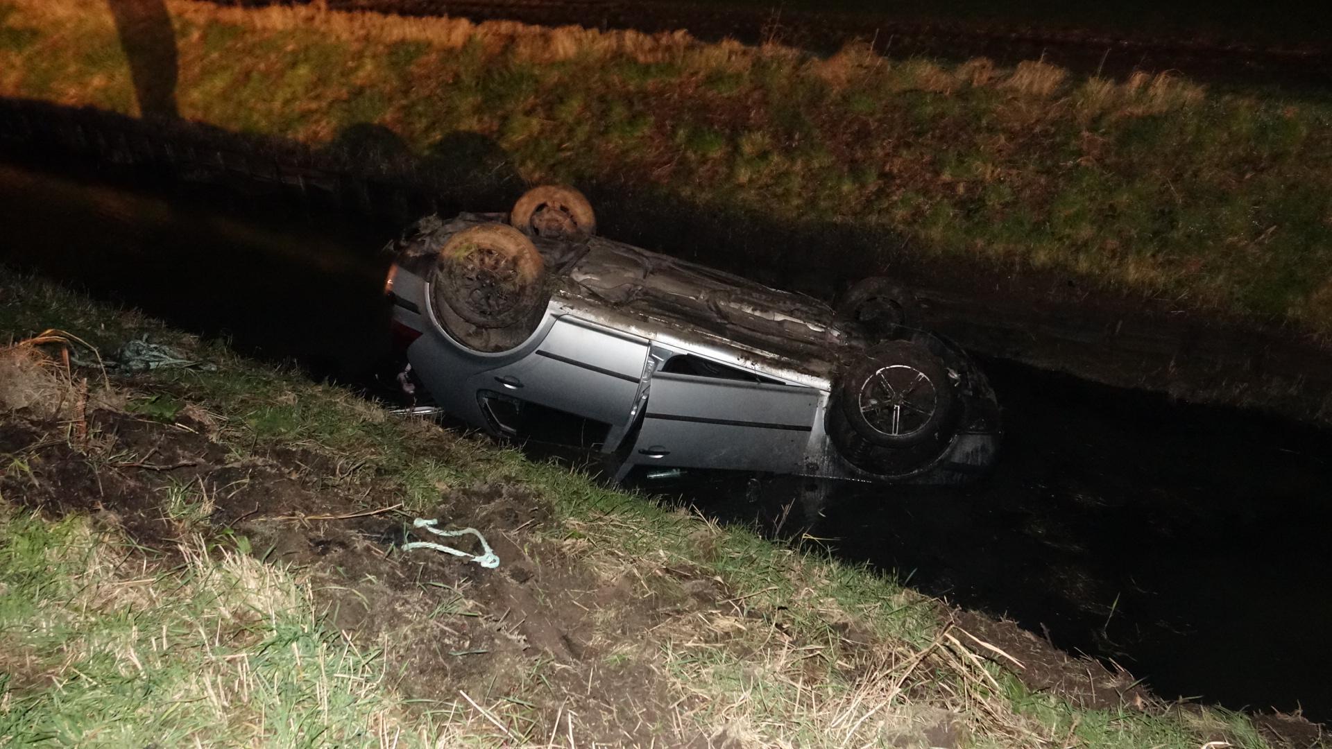 Auto belandt ondersteboven in sloot Slootdorp, bestuurder verdwenen