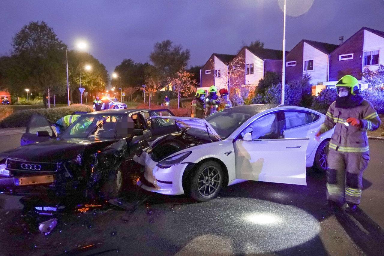 Automobilist bekneld bij ongeluk in Zuid-Scharwoude