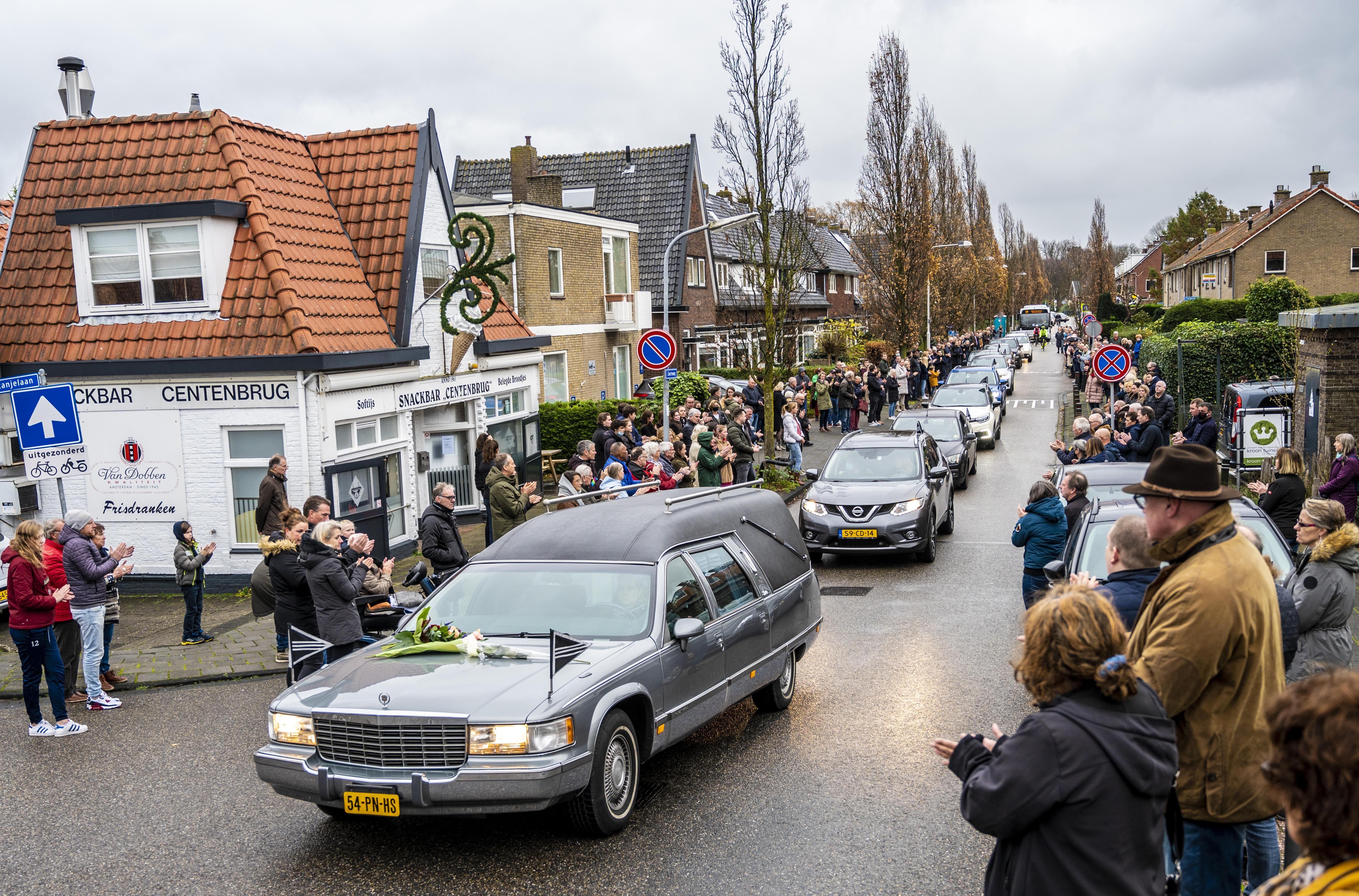 Buren en vaste klanten vormen erehaag voor Wim Keur van snackbar De Centenbrug in Bennebroek