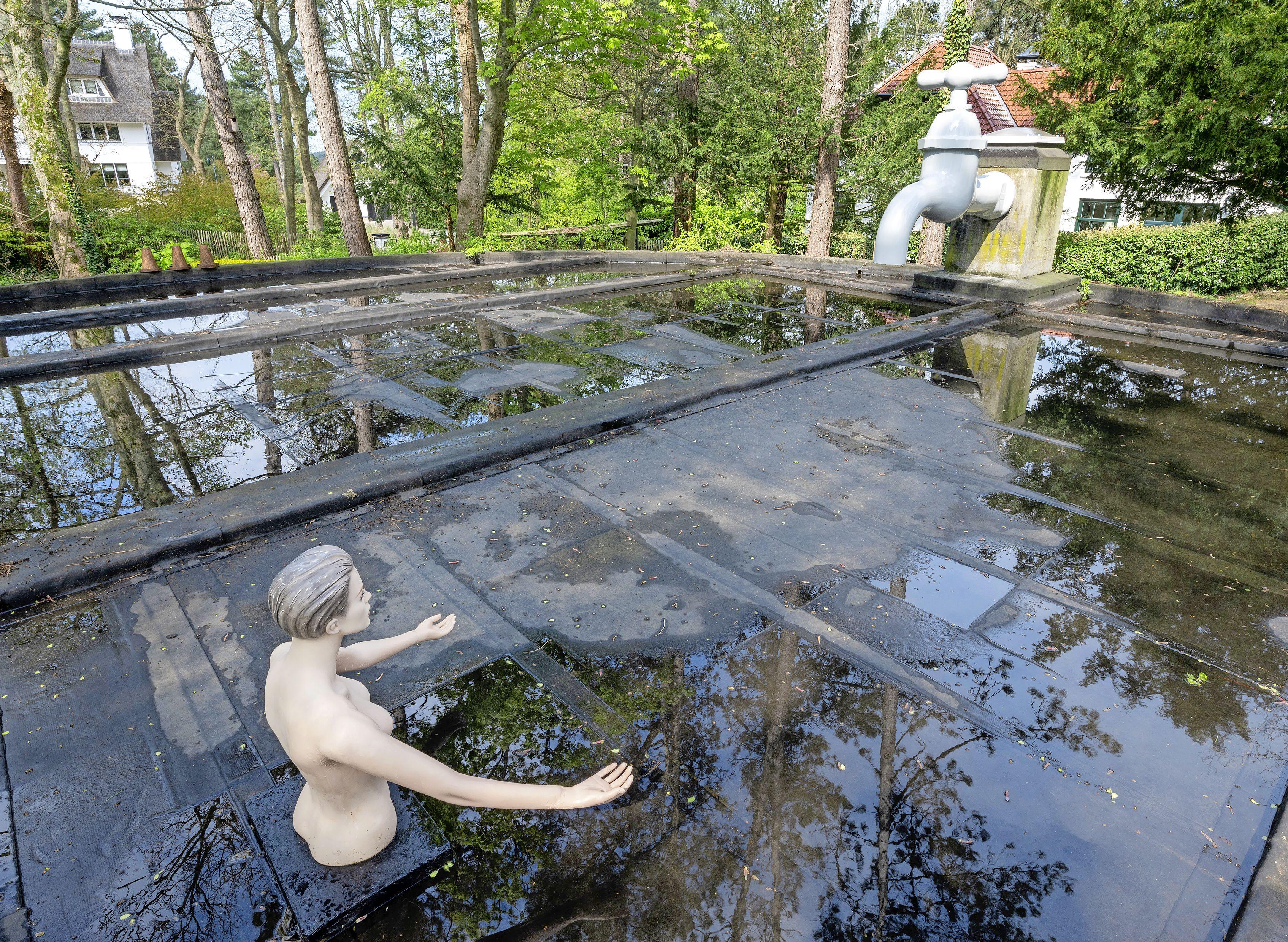 Enorme waterkraan is nieuwe blikvanger op Bloemendaalse hoogte; galeriehouder Harry Swaak kocht het exemplaar van de firma Felix aan de Wagenweg