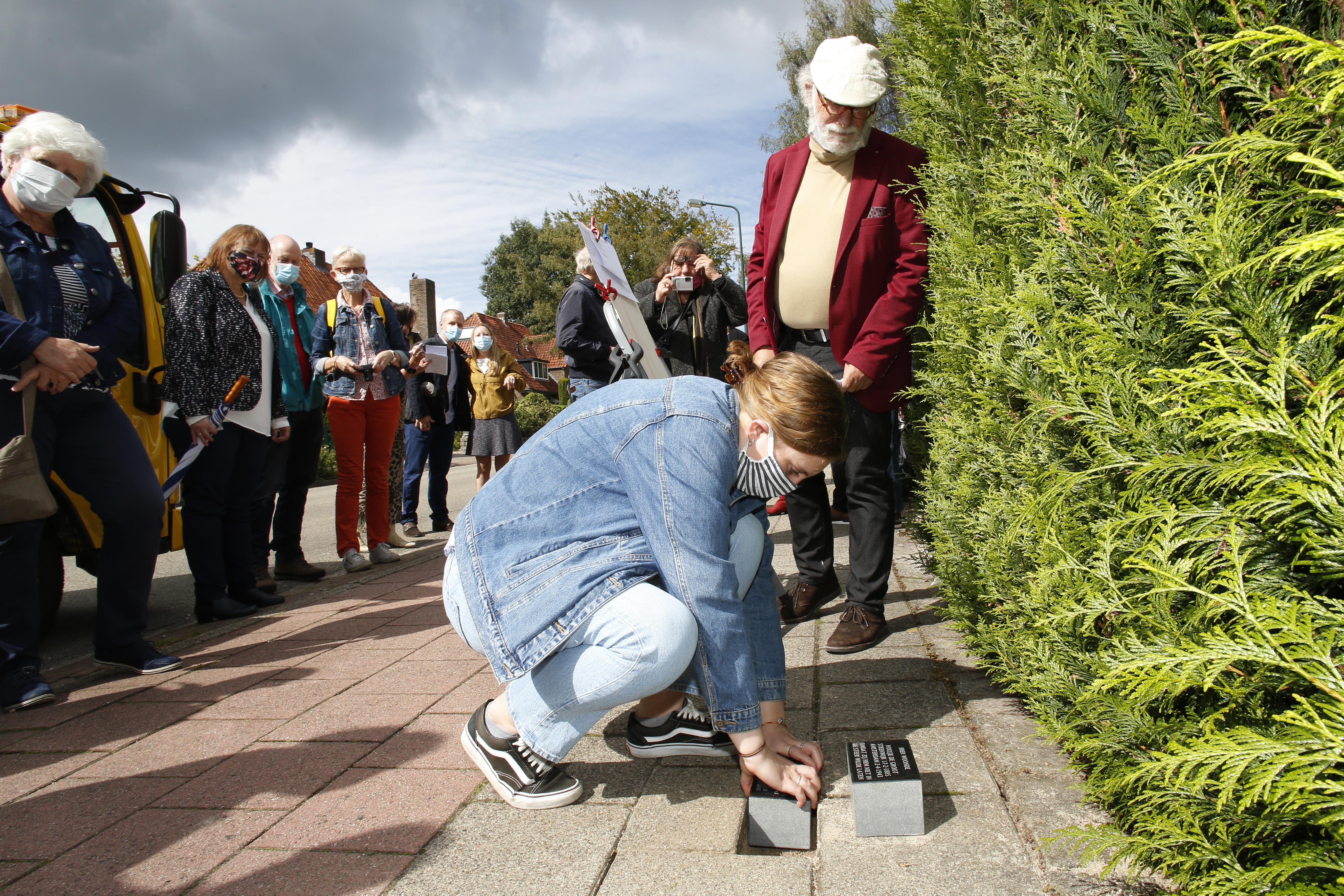 Eerste struikelstenen aan Huizerweg in Blaricum zijn eerbetoon aan Mozes Ferro en Roosje de Groot, die in 1943 zelfmoord pleegden uit angst voor deportatie: 'Ze moeten zich onnoemelijk eenzaam hebben gevoeld'