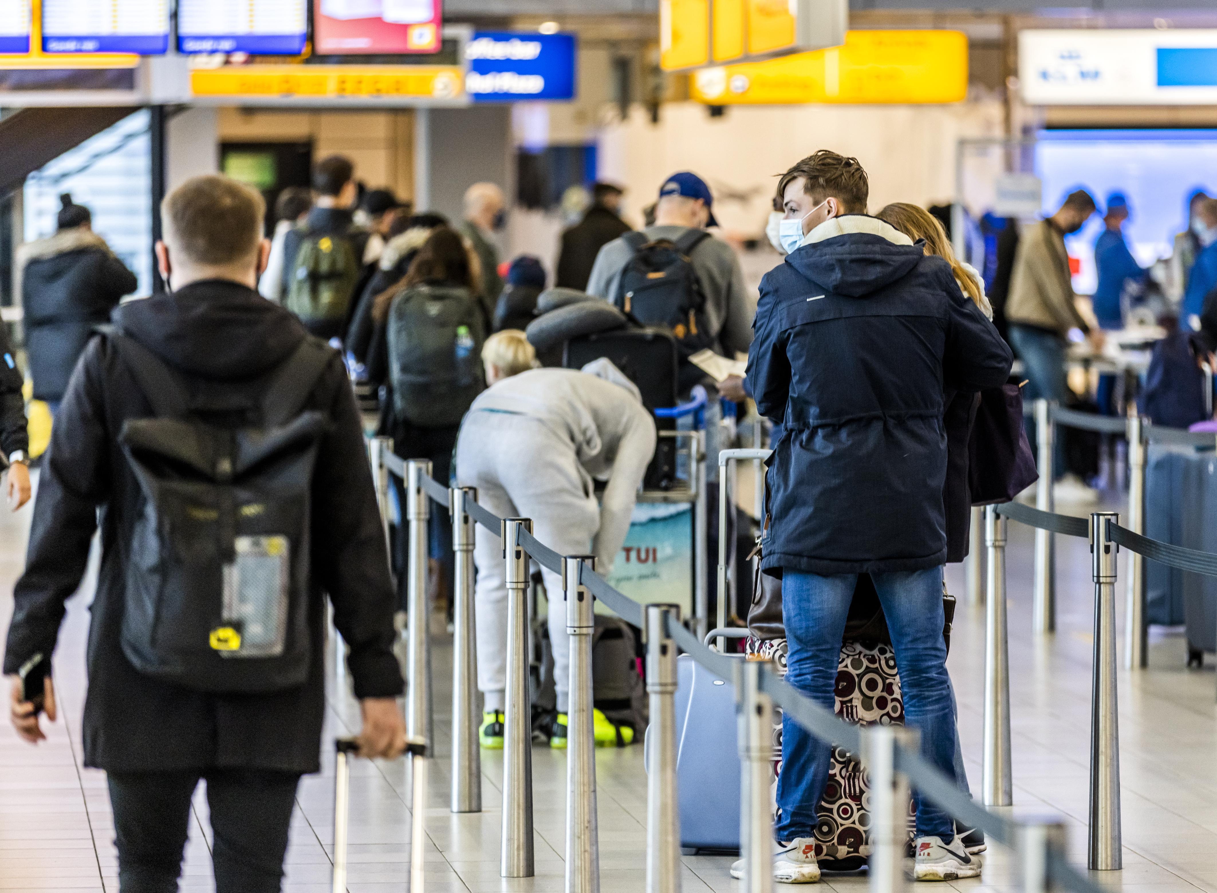 FNV vraagt aandacht voor veiligheid van werknemers op Schiphol: 'Niet elke passagier heeft negatieve test'