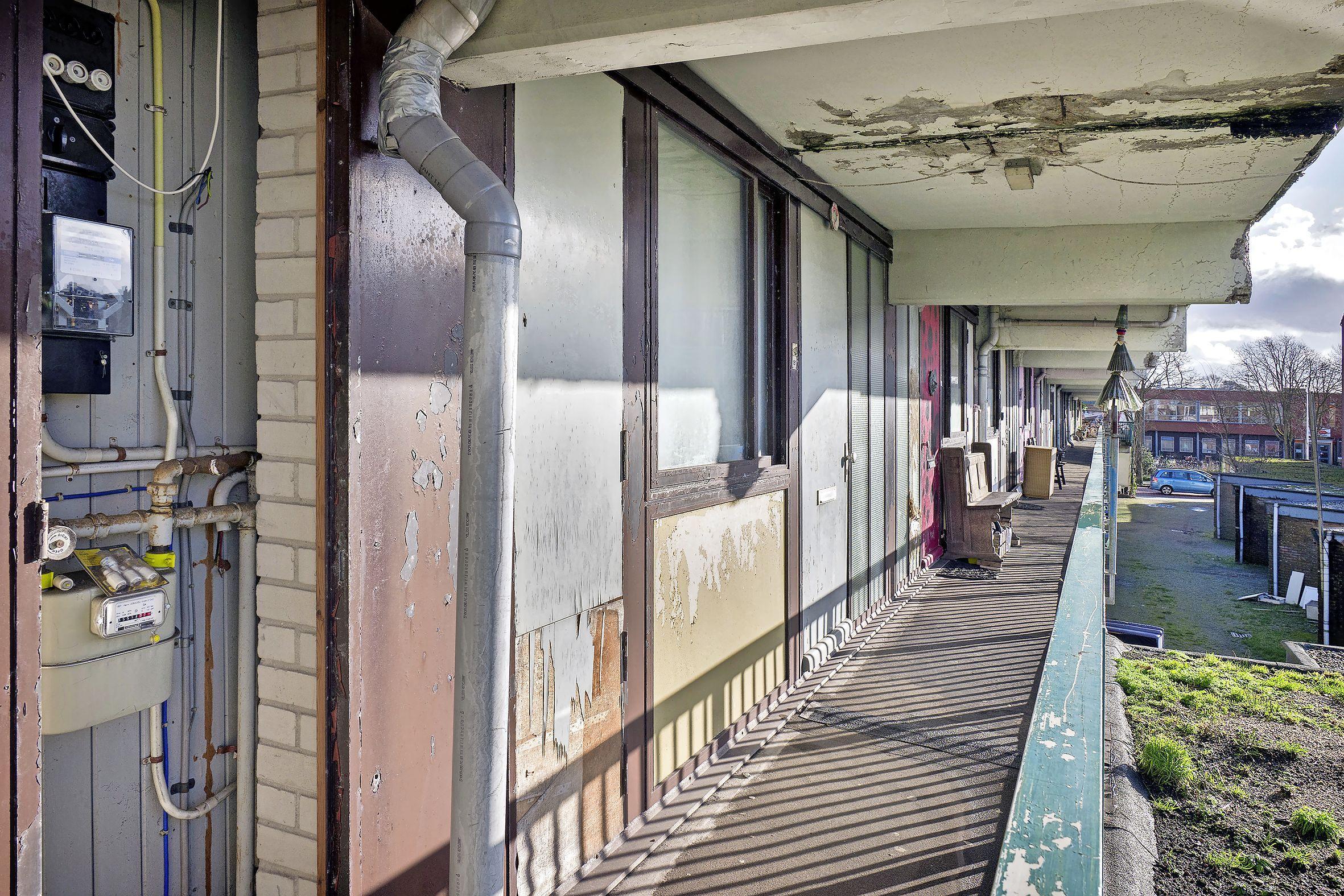 Verwaarloosde flat aan de Zuiderkruisstraat in IJmuiden gaat weg, er komt een grotere voor terug