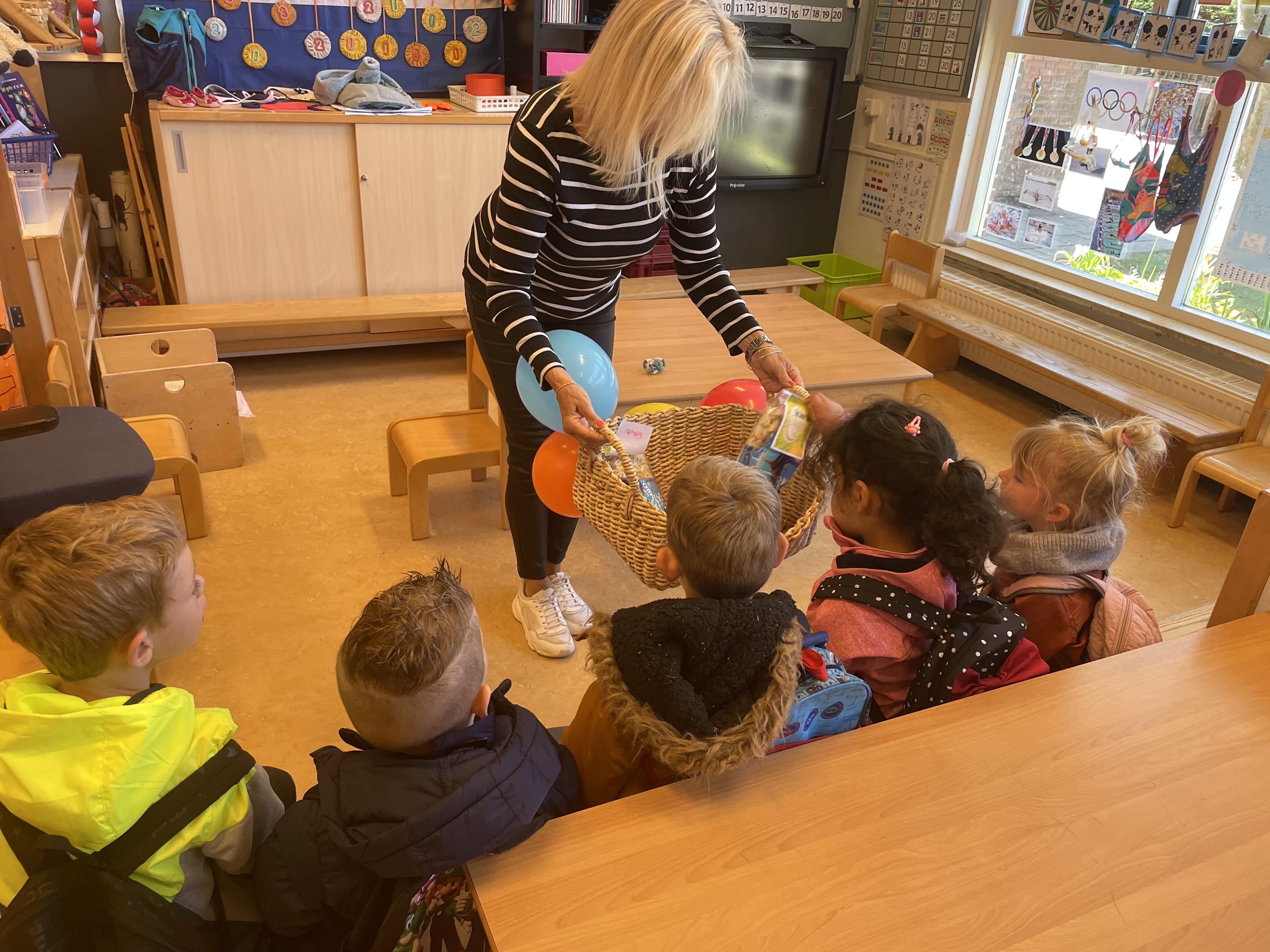 Basisschool Morskring deelt Suikerfeest traktatie uit: 'Heel blij met deze prachtige verbindende actie'