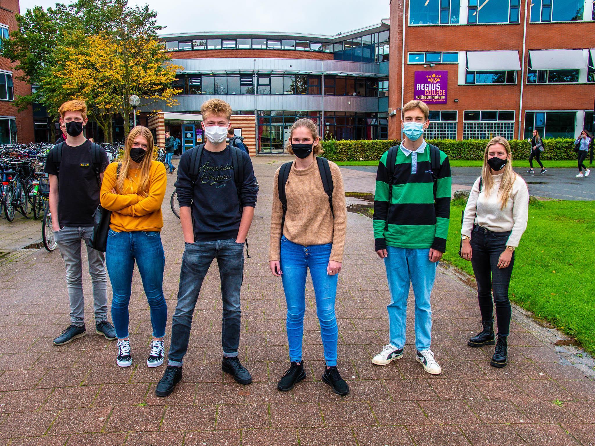 Leerlingen Regius College Schagen volgen advies voor dragen van mondkapje, maar het leidt ook tot irritaties. 'Het is fijner als je vrij kan ademhalen'