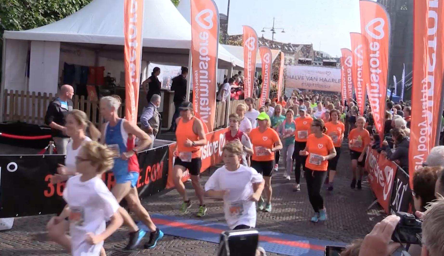 Video: rennend door de stad tijdens Halve van Haarlem