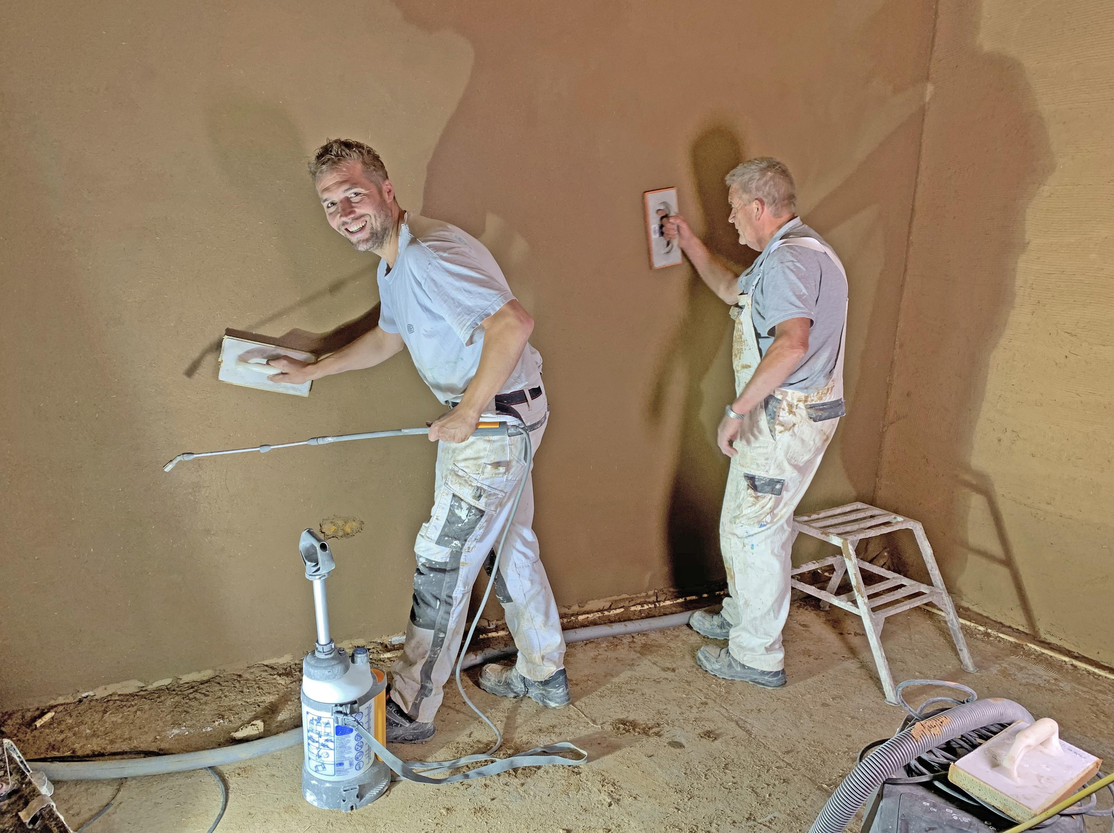 De een ruim vijftig jaar in het vak, de ander meesterstukadoor. Peter en Frans Bruin gaan voor wat anders dan gips: leem uit de grond, zo op de muren