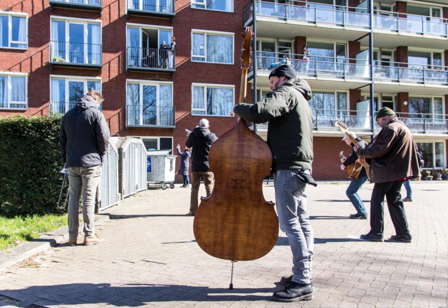 De Kift brengt serenade aan bewoners verpleeghuis Rosariumhorst in Krommenie [video]