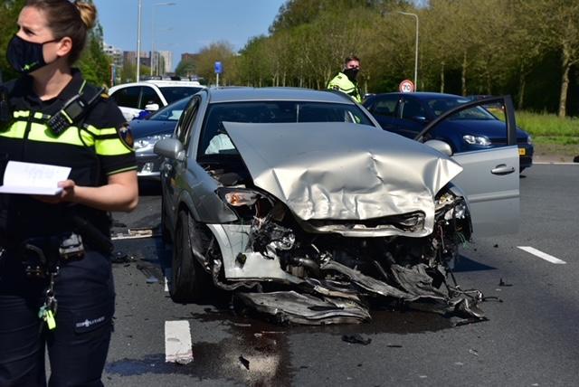 Veel schade bij ongeval in Leiden: auto klapt op twee wagens en komt tot stilstand tegen stapel stenen, één gewonde