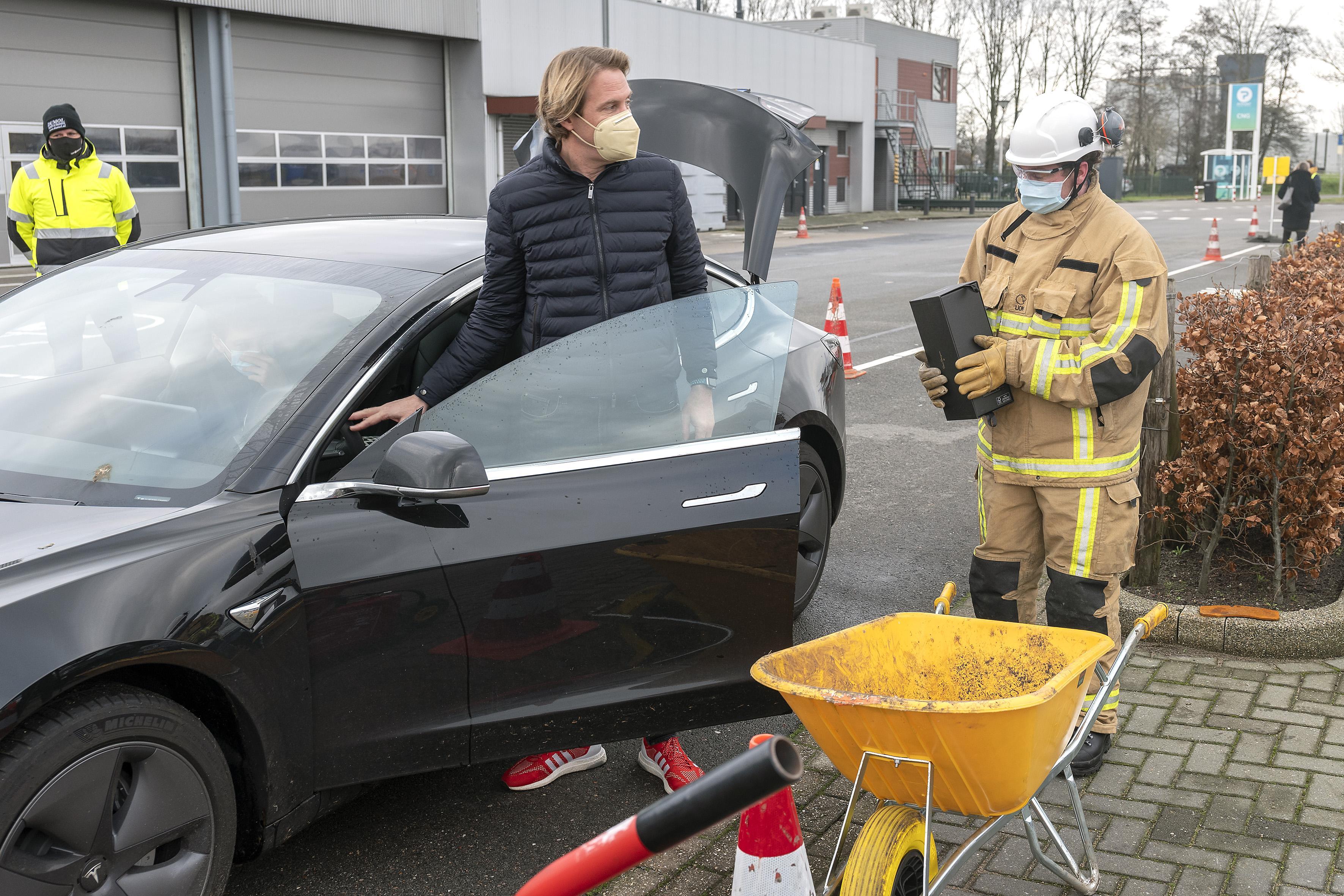 'Als het vuurwerk in je broekzak brandt, steek het niet af': Velsense burgemeester Frank Dales geeft startsein voor inleveractie
