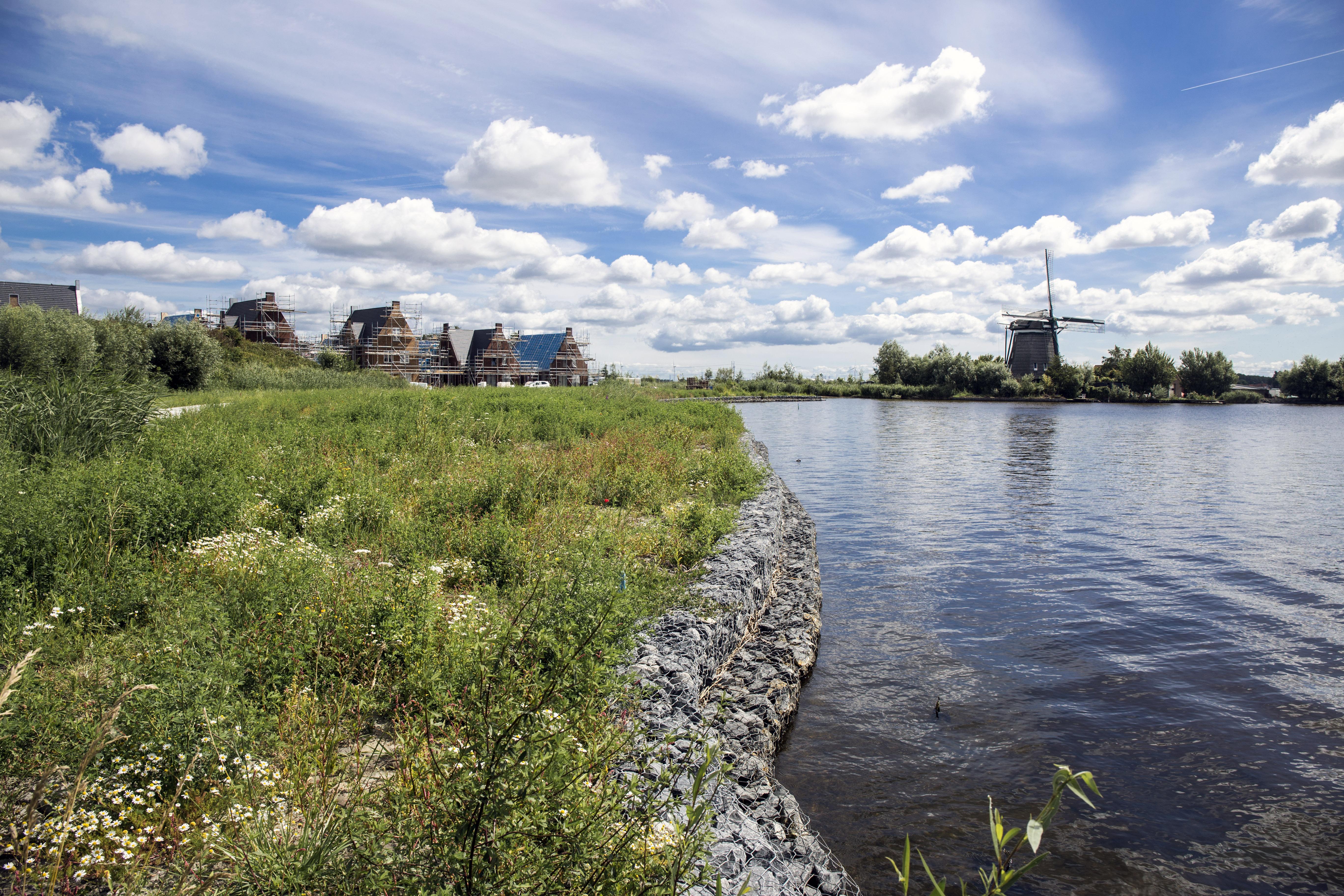 Kersverse Dorpsraad Spaarndam verscheurt in alle stilte tien jaar protest tegen waterwoningen SpaarneBuiten. Een reconstructie