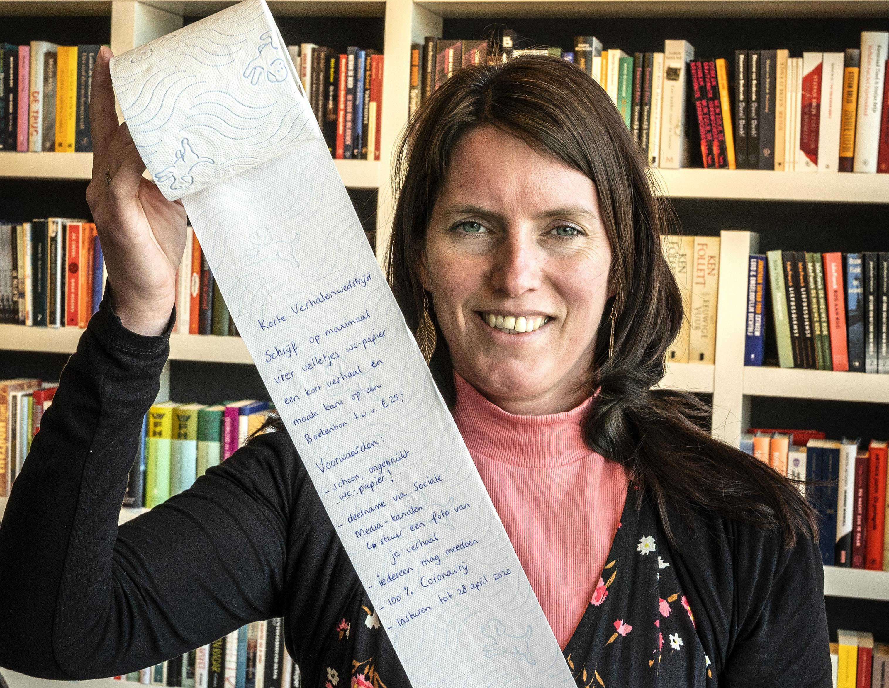 Boekhandel Stevens in Hoofddorp speelt in op hamsterwoede aan begin coronacrisis en schrijft verhalenwedstrijd op wc-papier uit