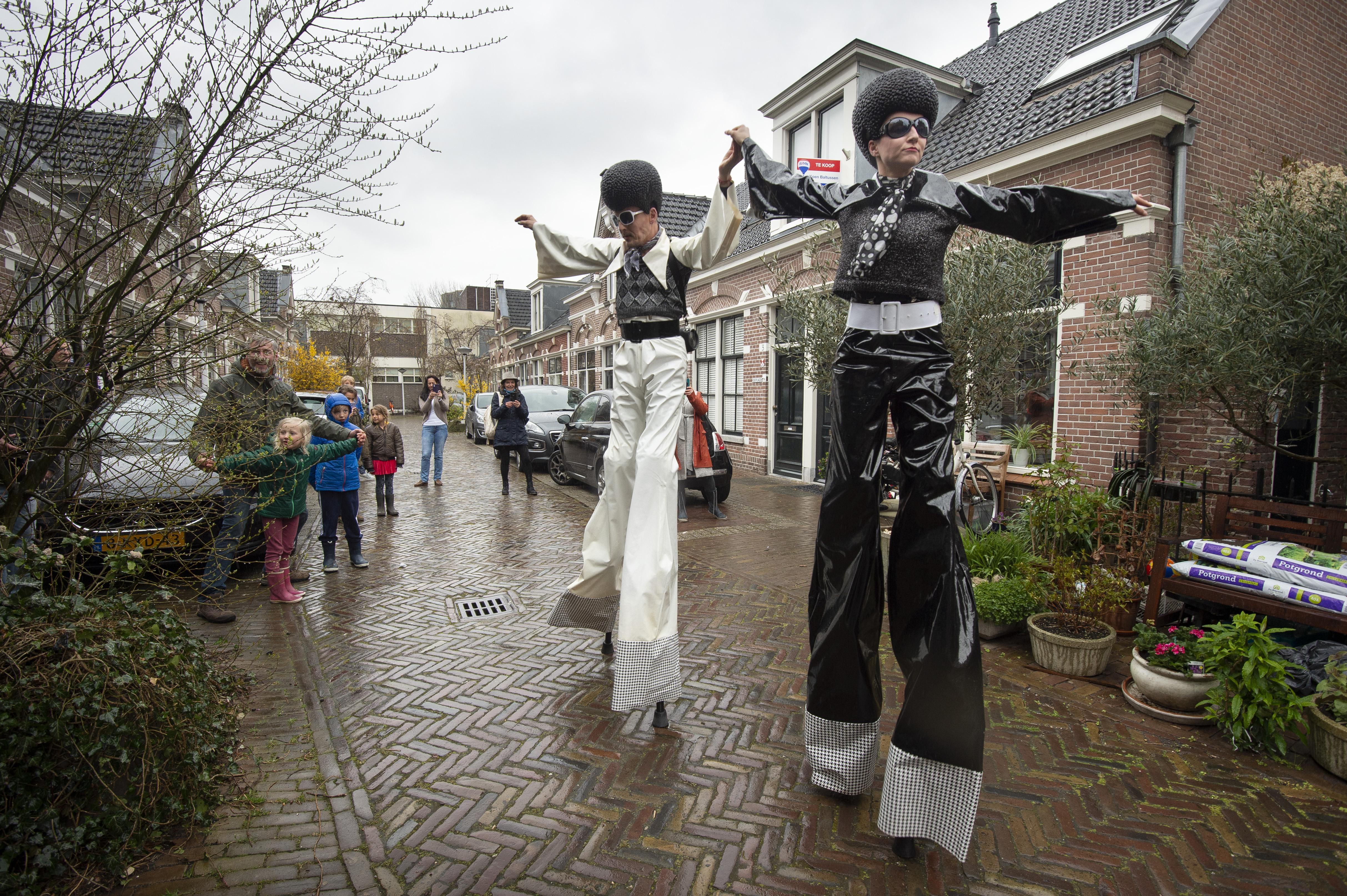 Steltlopers trekken dansend door Leidse Maredijkbuurt: 'U heeft de culturele straatprijs gewonnen' [video]