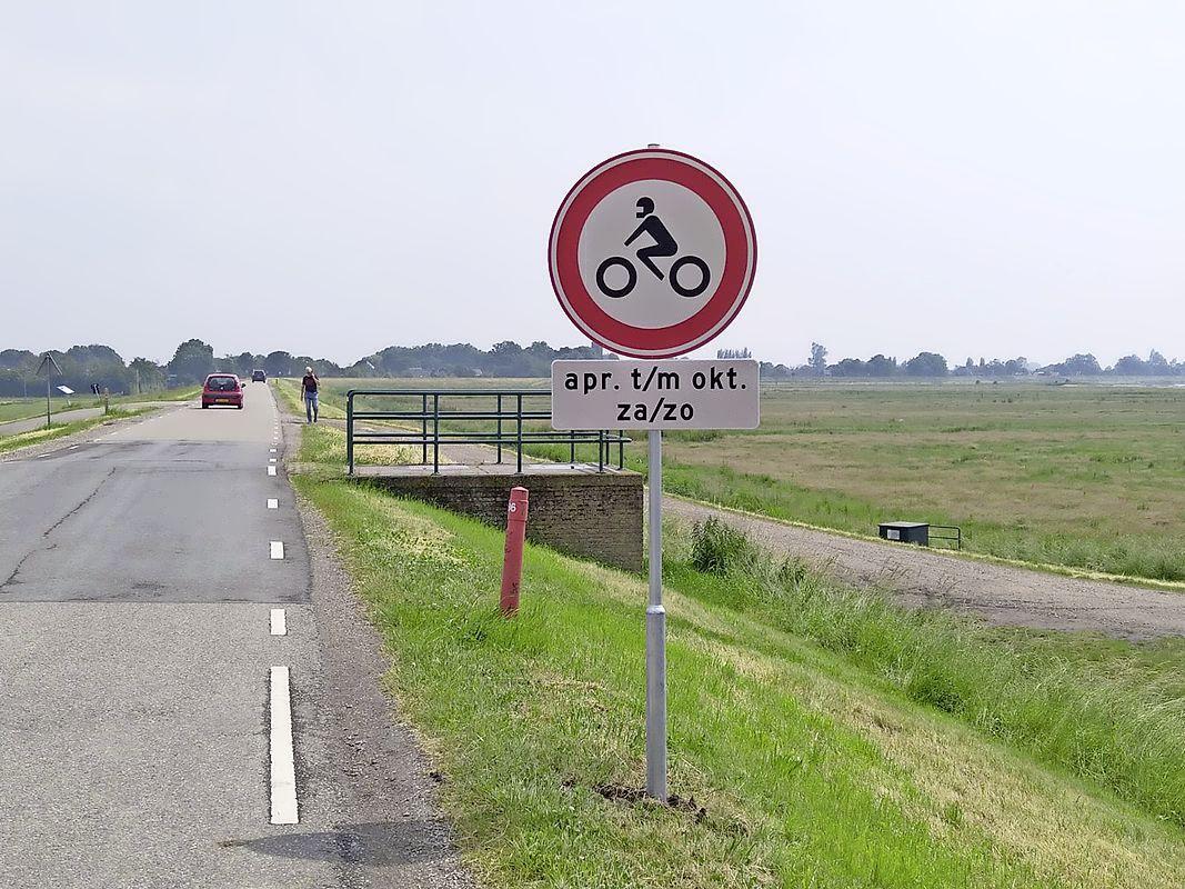 Motorrijders op de Zuiderdijk vanaf nu in weekend geweerd. Verbodsborden als voorbode van de grote lakmoesproef