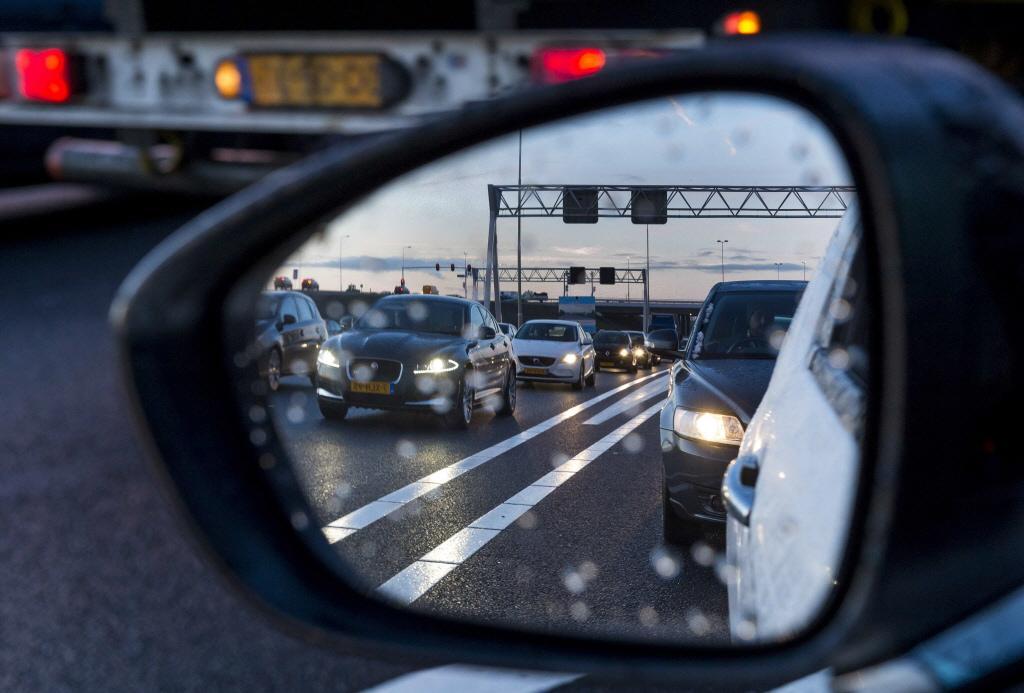 Verbindingsweg A10 en A8 richting Zaandam dicht na ongeluk