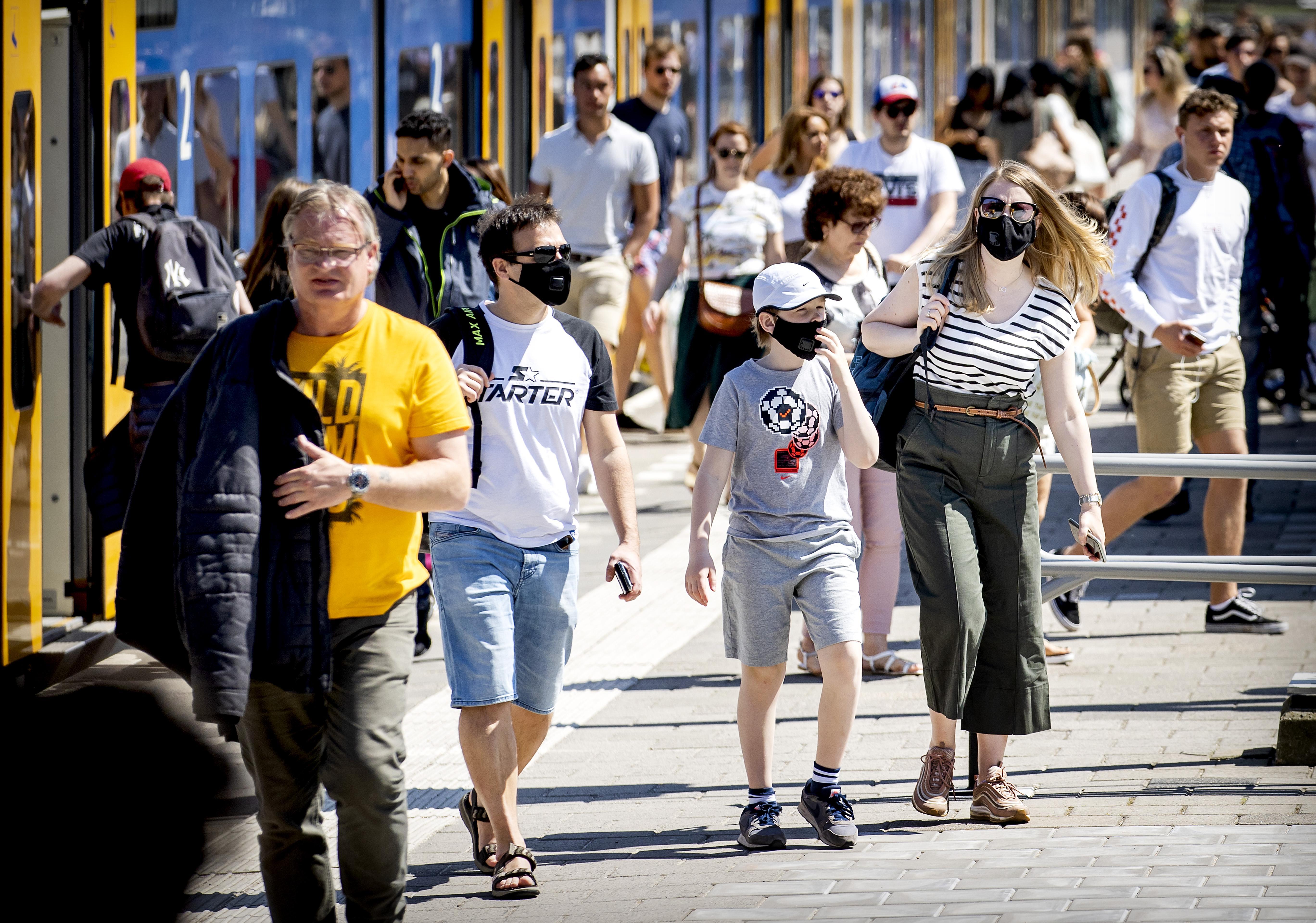 Mag je na 1 juni met het openbaar vervoer naar het strand, museum of je moeder? En met mondkapje?
