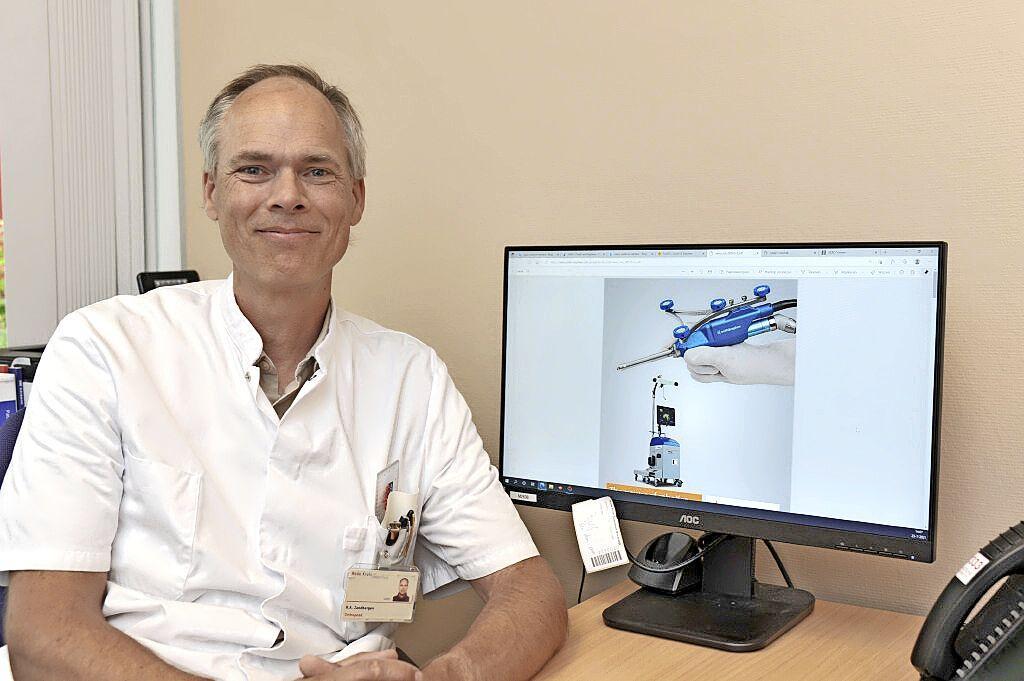 Robot-assistent helpt orthopedisch chirurg Rode Kruis Ziekenhuis in Beverwijk bij knieoperaties: specialist Robbert Zandbergen probeert patiënten stukje dichter bij 'Mercedes Benz' te krijgen