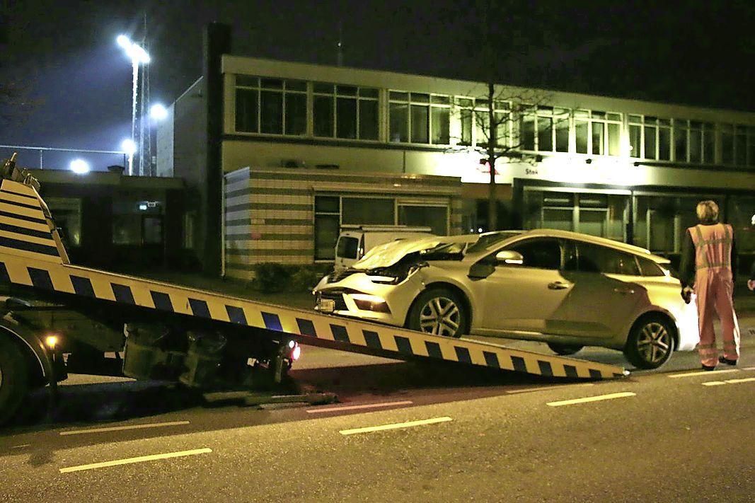 Auto klapt bovenop lijnbus terecht in Noordwijk, forse schade aan voertuig