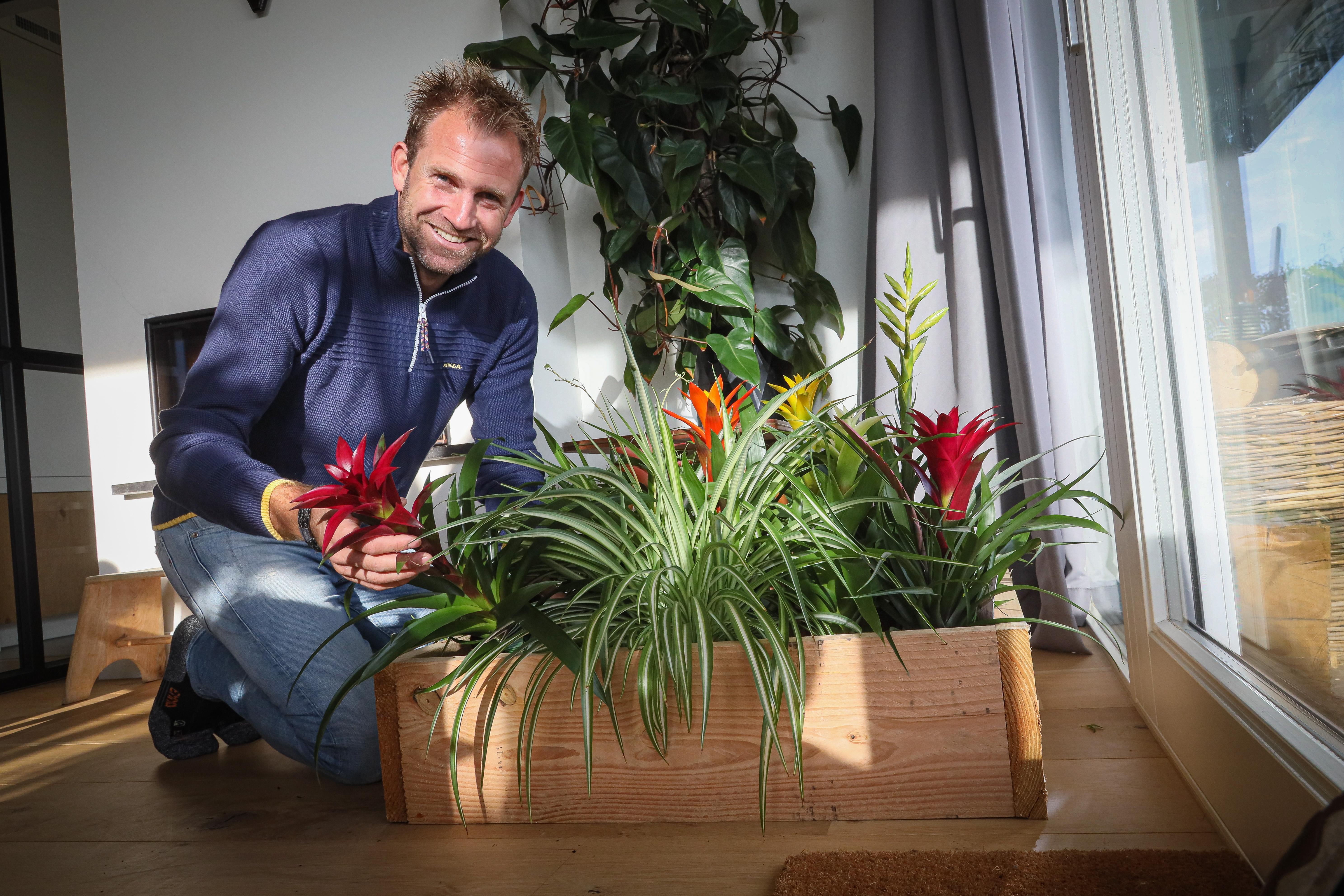 Boer Tom tuiniert in huis