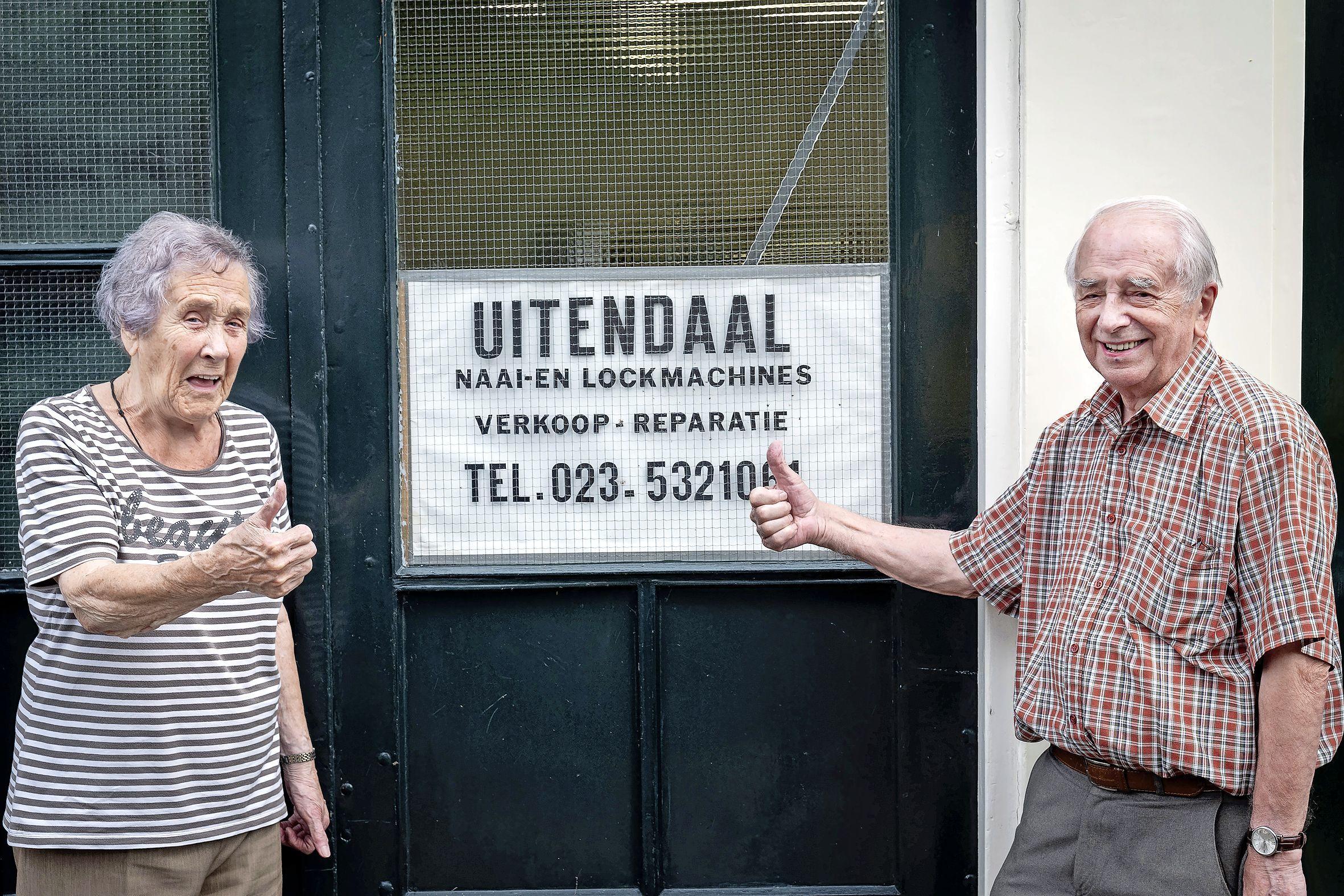Naaimachineman Cor Uitendaal (92) is eindelijk met pensioen. 'Mijn werk is mijn hobby'