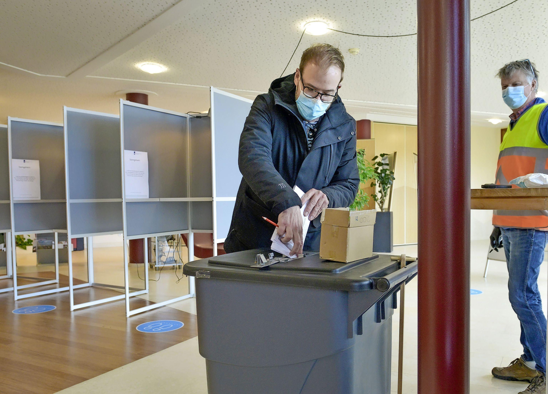 Kamerlid Gijs van Dijk stemt thuis op Texel. En dan snel door naar Den Haag voor een spannende verkiezingsavond