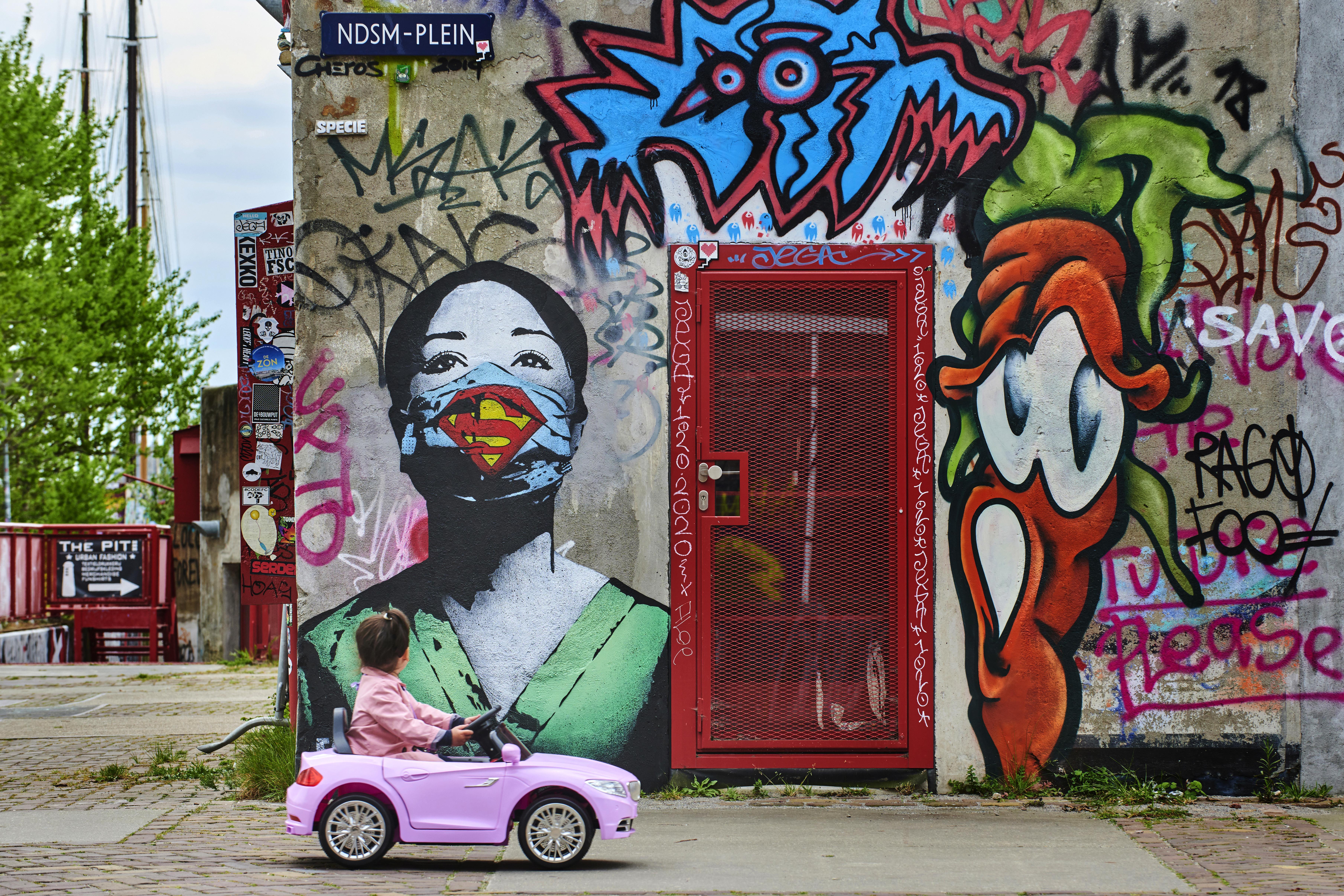 Sassenheimse fotograaf maakt winnende coronafoto. 'Ik zag het meisje voorbij de muurschildering van Supernurse komen en toen wist ik: dit is de foto'