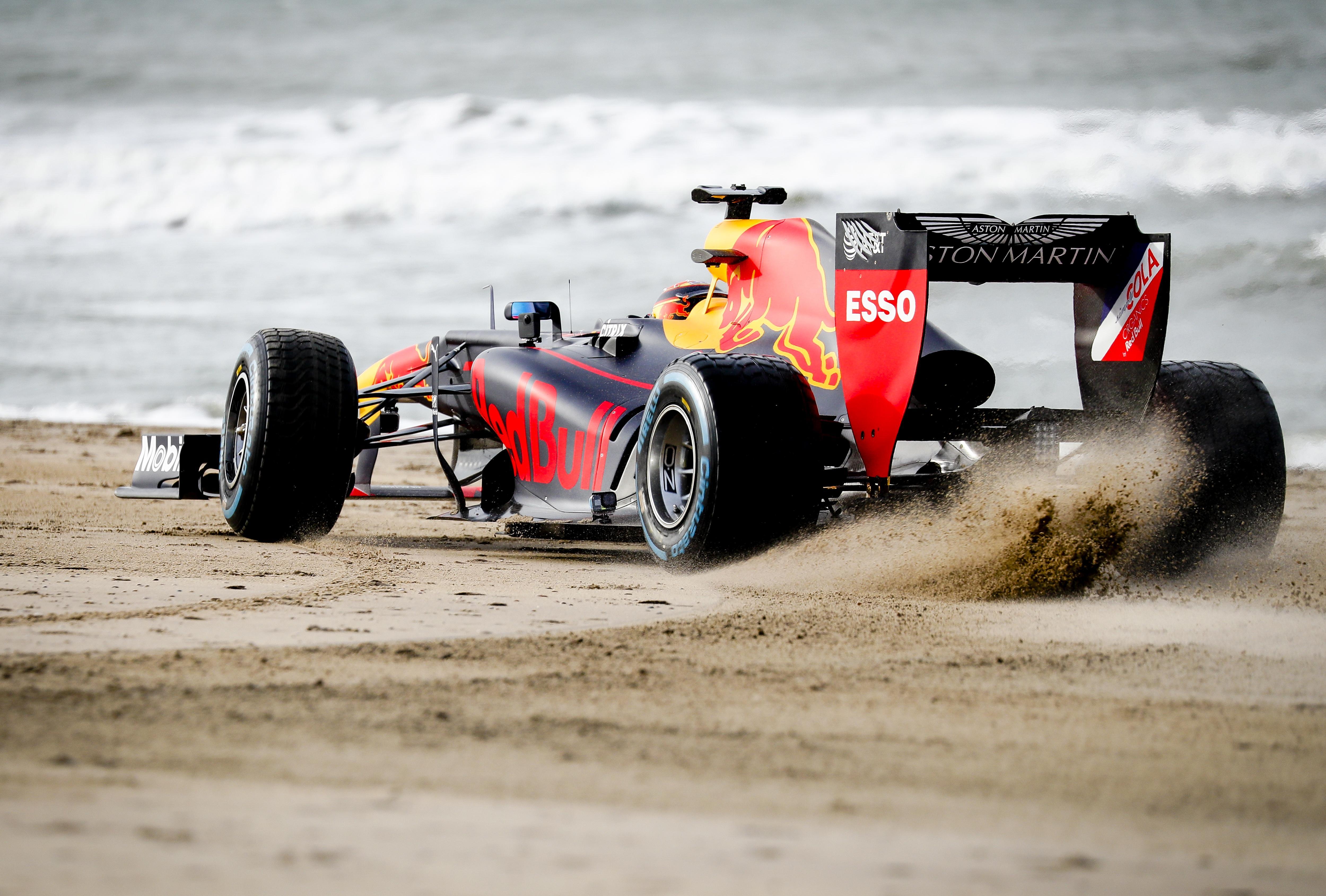 Raceteams vanuit Noordwijk over het strand naar de Dutch Grand Prix