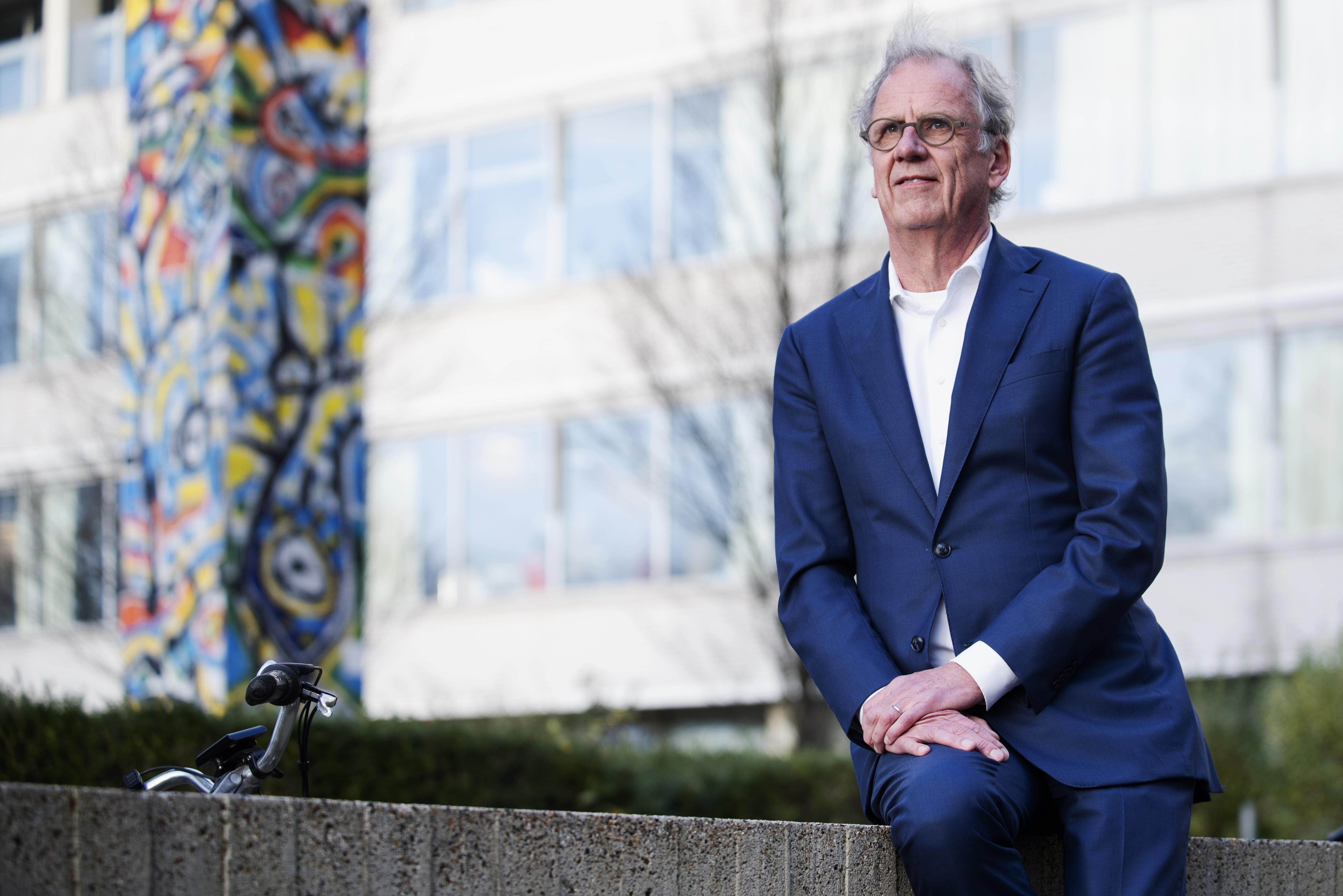 Haarlemmer Peter van Barneveld wil maar wat graag in het Rode Kruis Ziekenhuis Beverwijk blijven als bestuursvoorzitter. 'Ik heb een blind vertrouwen in iedereen die hier werkt'