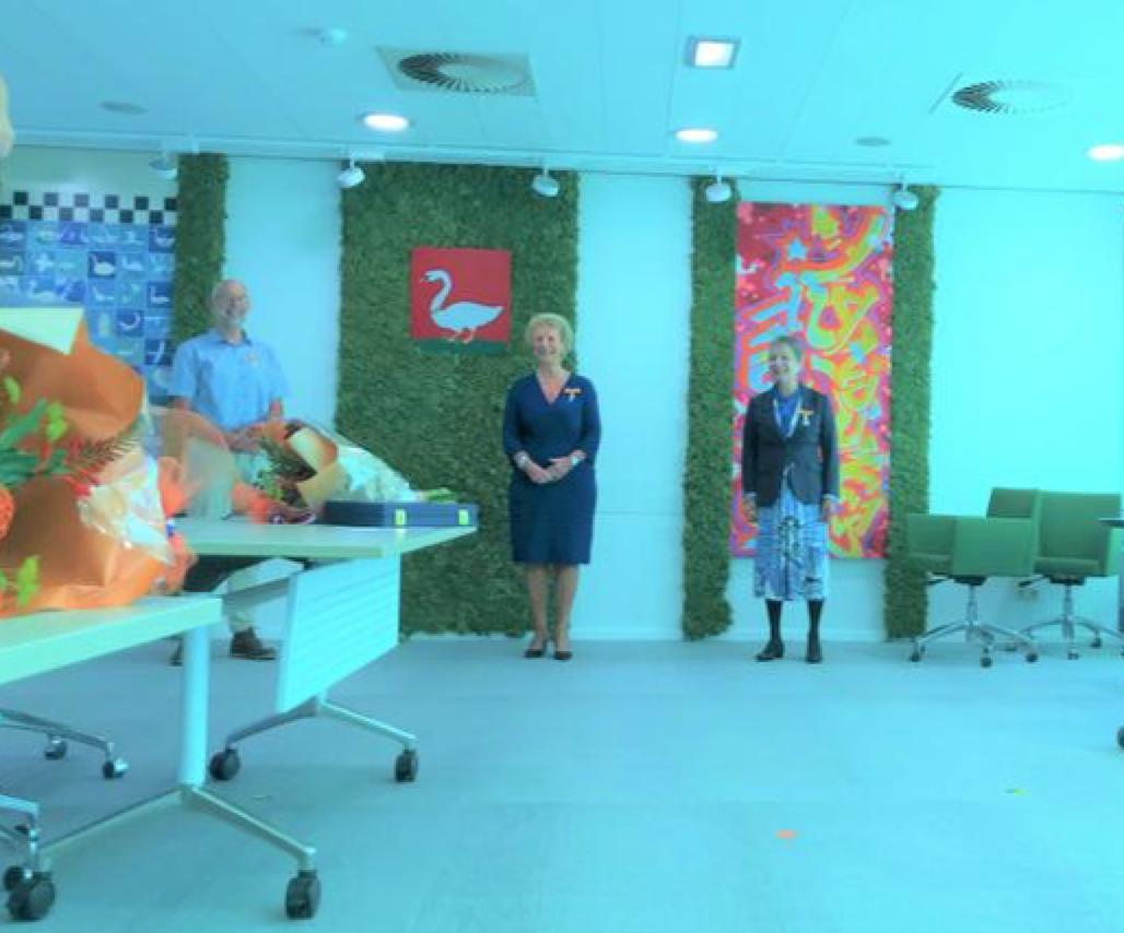 In coronatijd spelden de partners de koninklijke onderscheidingen bij hun geliefden op in Landsmeer; de burgemeester mag toekijken [video]