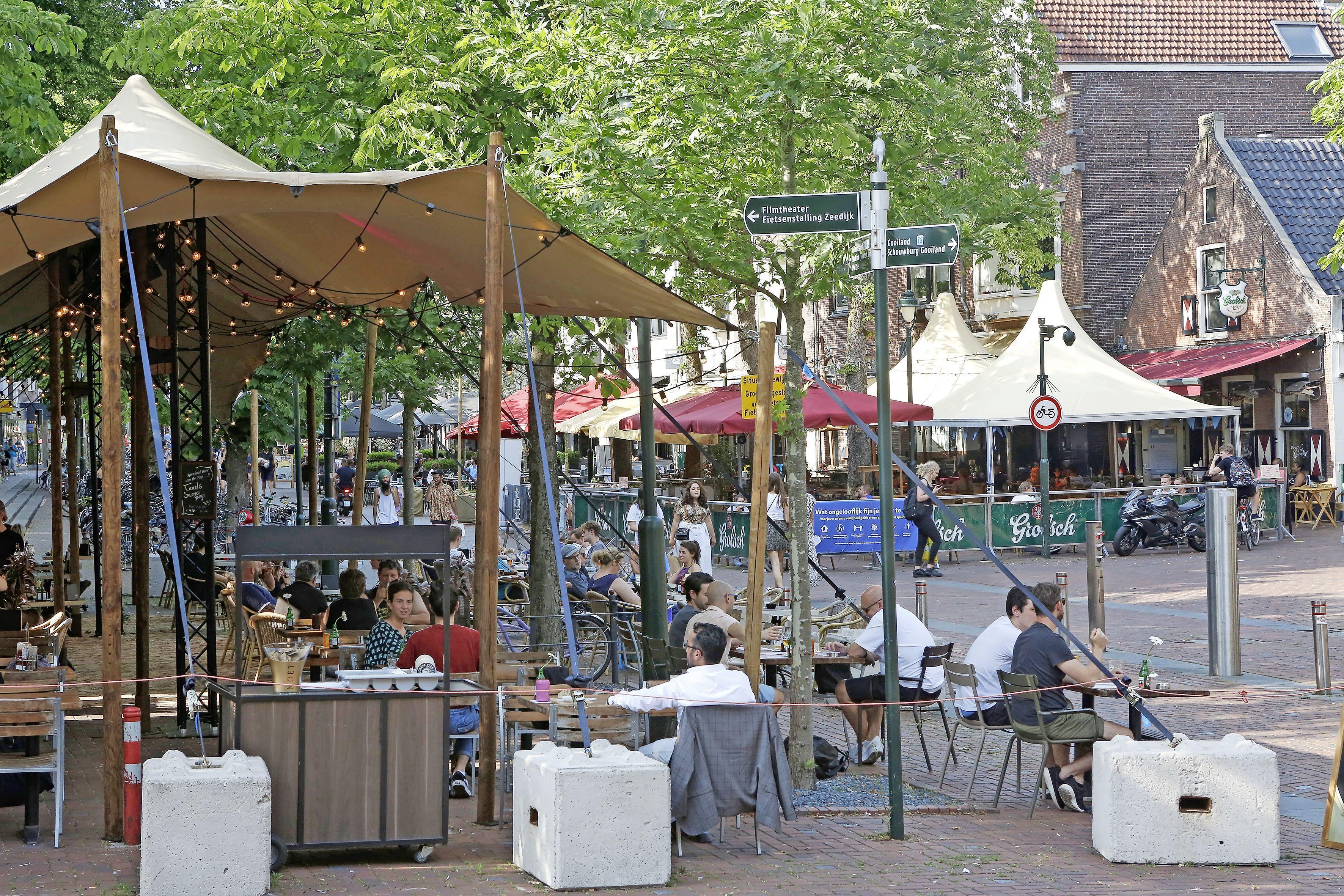 Winkeliers en horecaondernemers in Hilversum hoeven ook in 2021 niet te dokken voor hun terras, luifel, reclamebord of vaste standplaats