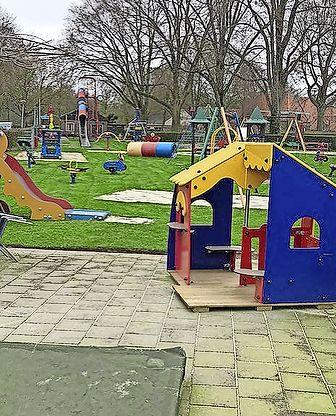 Zwerfbibliotheek bij speeltuin Kindervreugde in Enkhuizen groot succes: 'Belangrijk dat het laagdrempelig is'