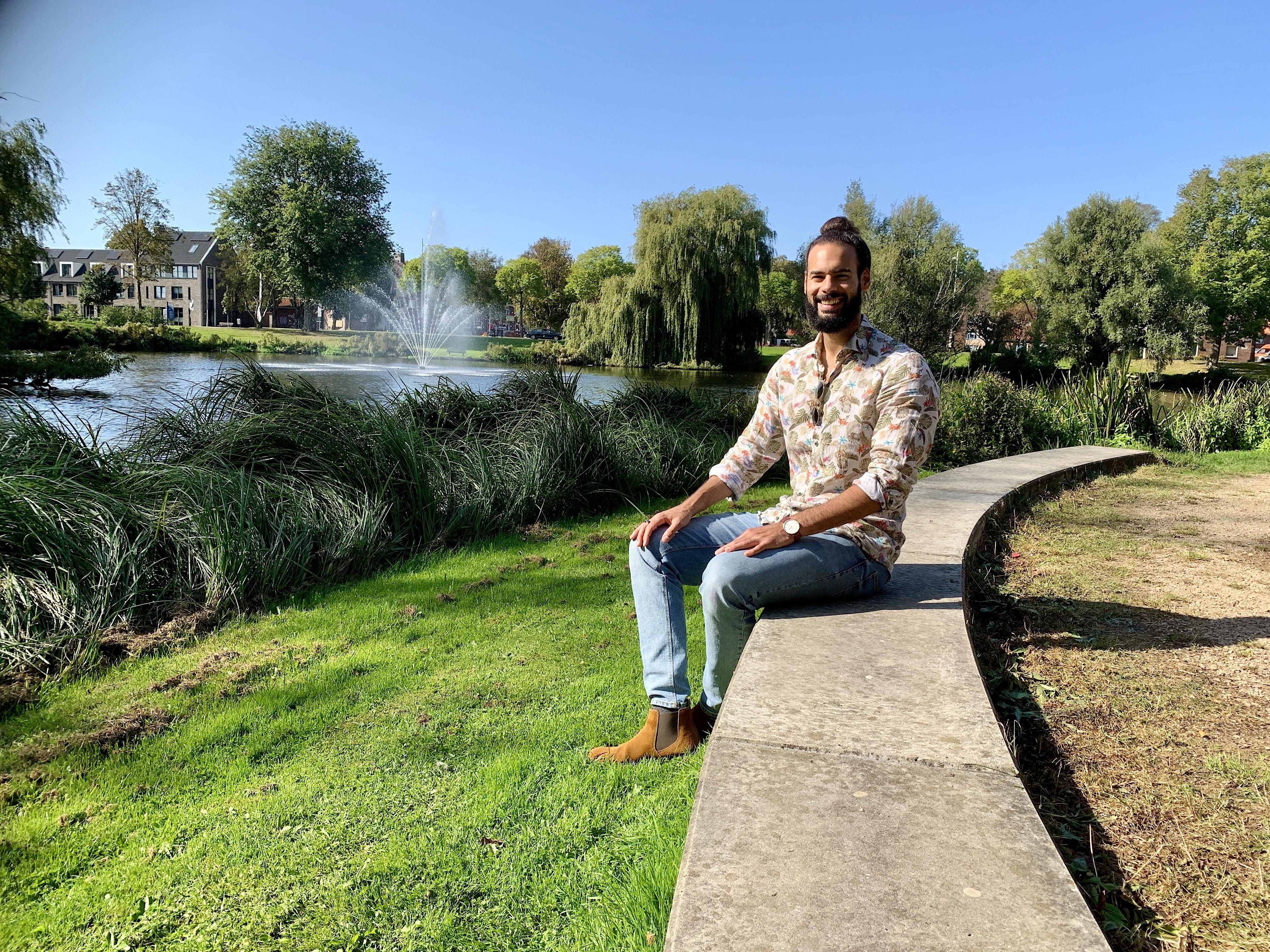 Onderweg: Goochelaar, beatboxer en fotograaf: Kariem Ahmed (32) uit Alkmaar is het allemaal. En hij heeft zich al die vaardigheden zelf eigen gemaakt