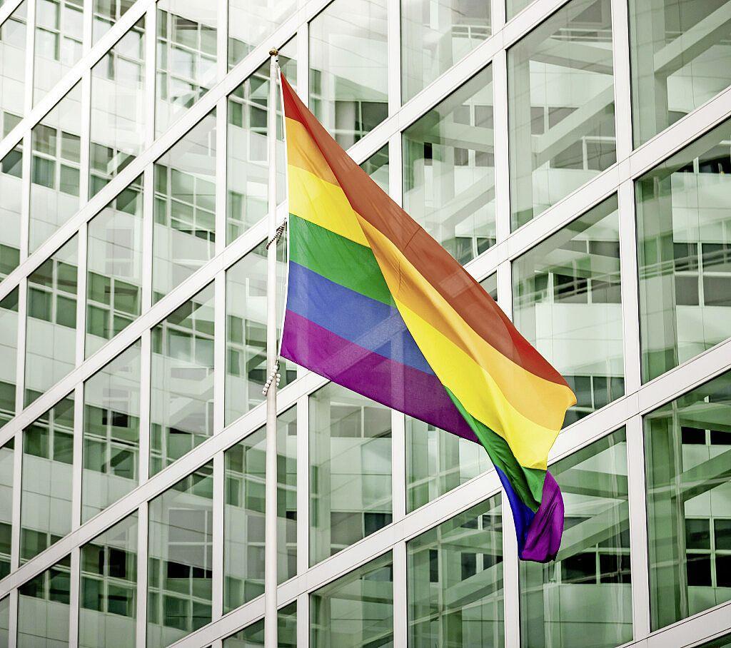 Leidse COC vraagt gemeente, voetbalverenigingen en bedrijfsleven om regenboogvlag op te hangen tijdens Oranjewedstrijd in Boedapest